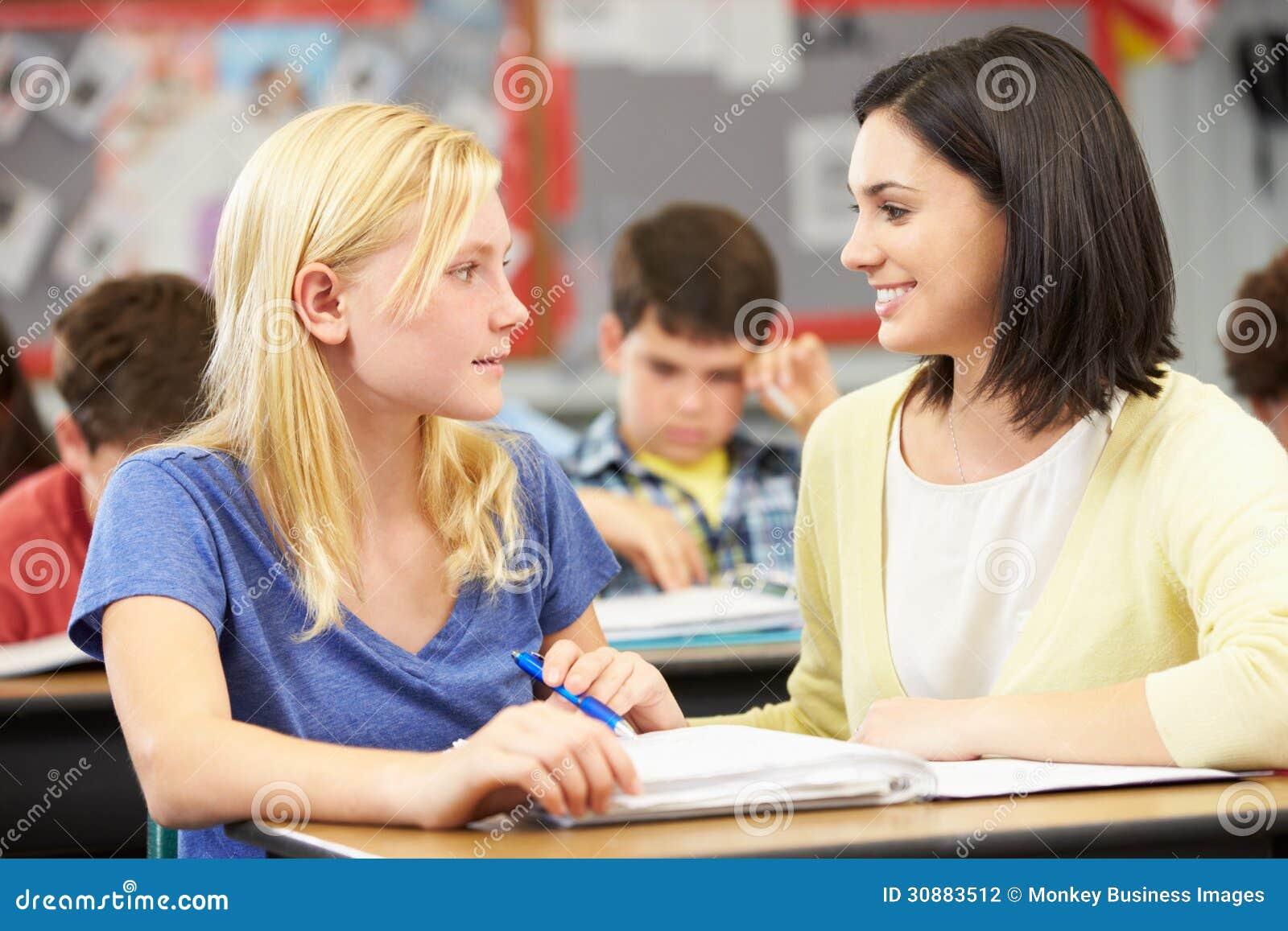 Чтение учителя с женским зрачком в классе