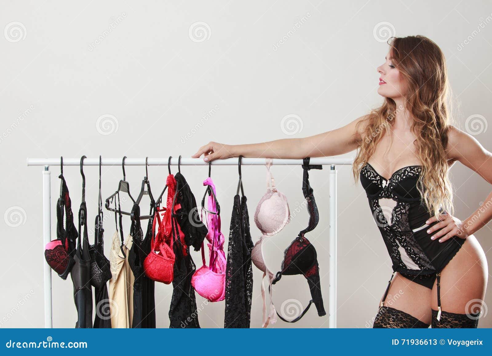 Чувственная девушка на сексуальных покупках