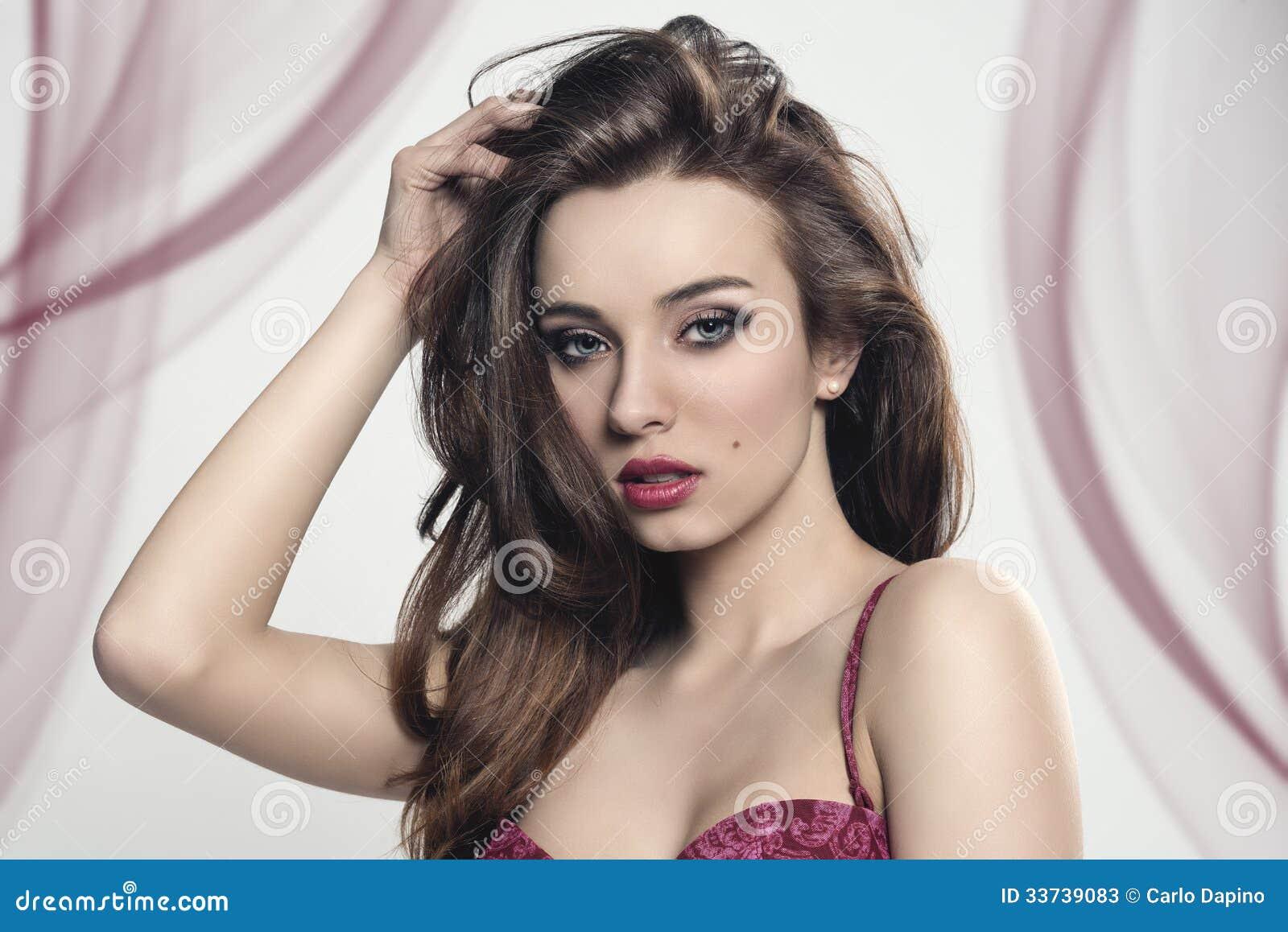 Чувственная девушка с красным женское бельё