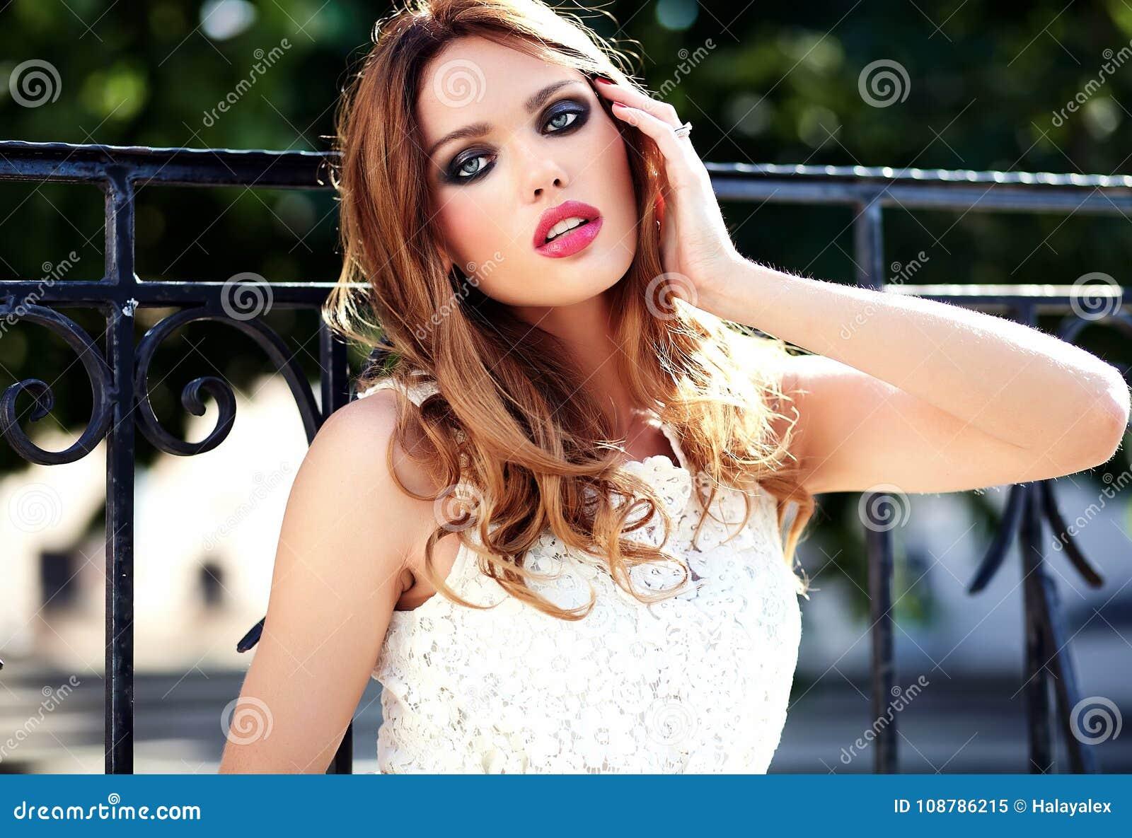 Фото моделей женщин на улицах города — photo 9