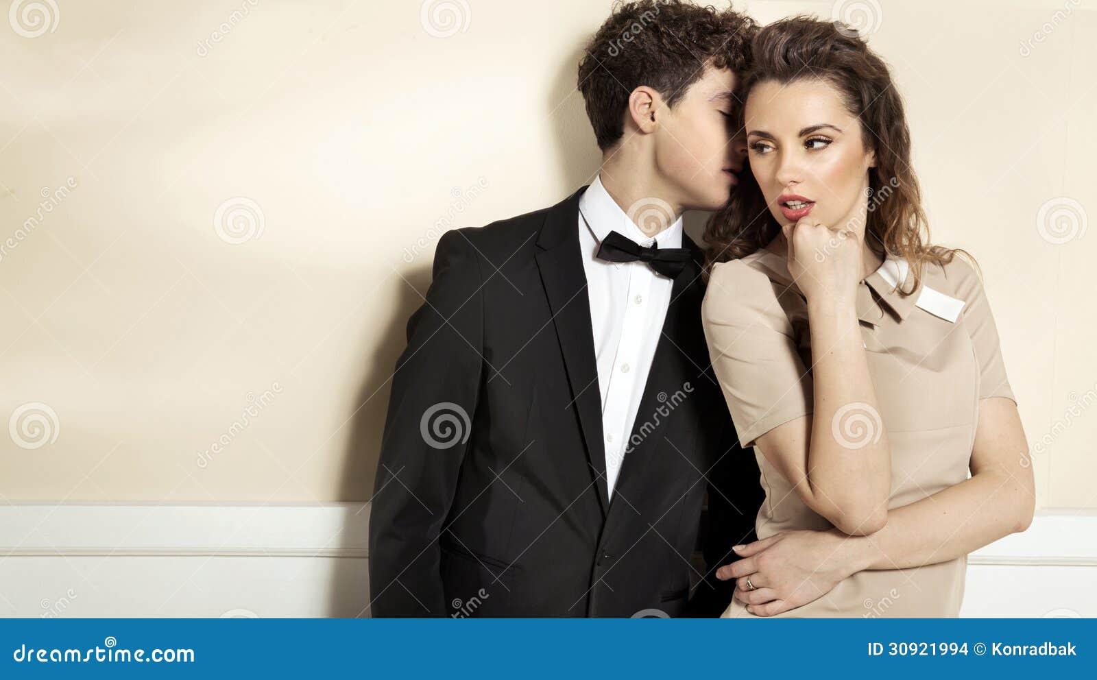 Чувственные молодые пары в шикарных одеждах