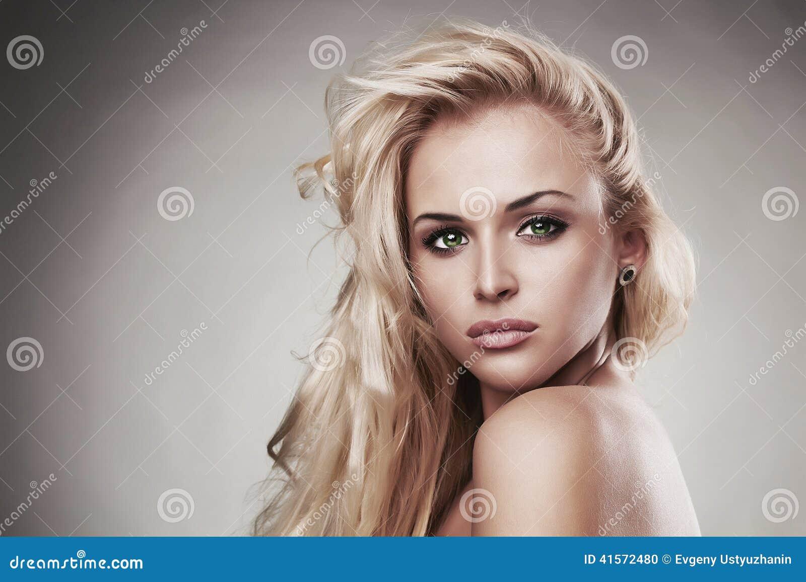 Чувствительная красивая белокурая женщина hairstyle забота салона Сексуальная маленькая девочка Портрет Конца-вверх Зеленые глаза