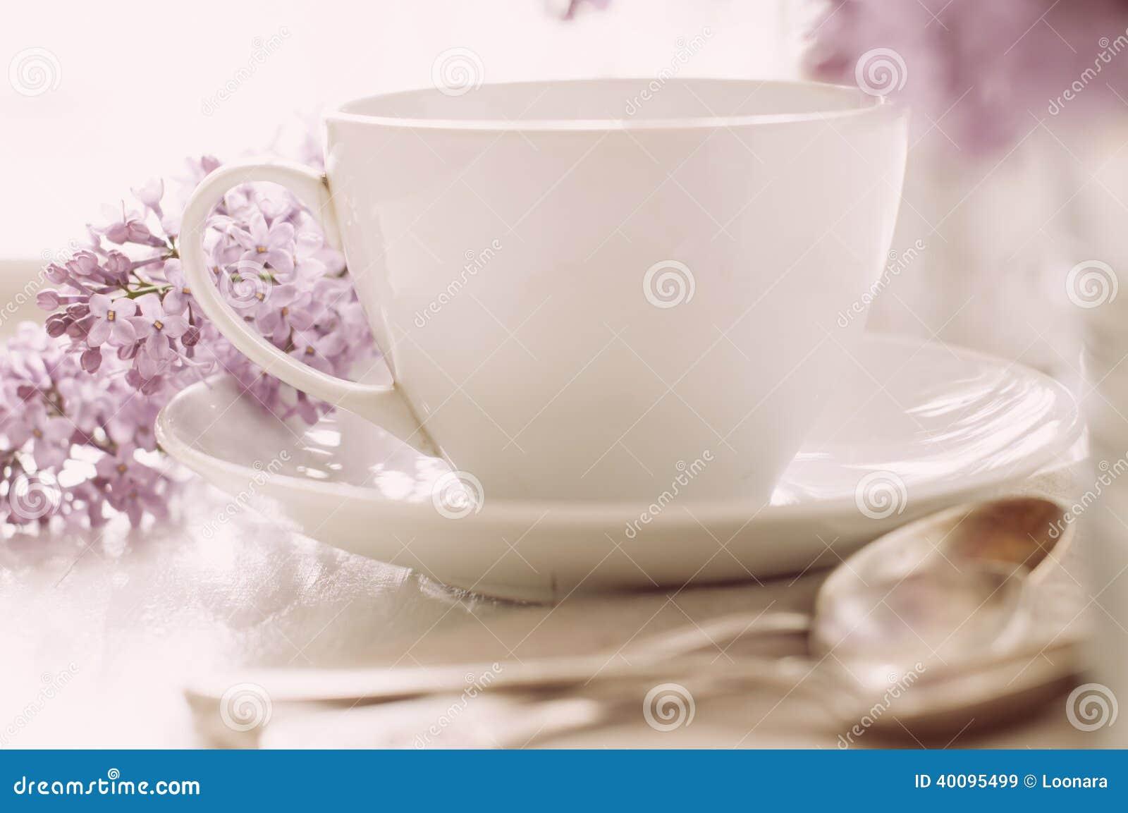Чувствительная сервировка стола чая утра