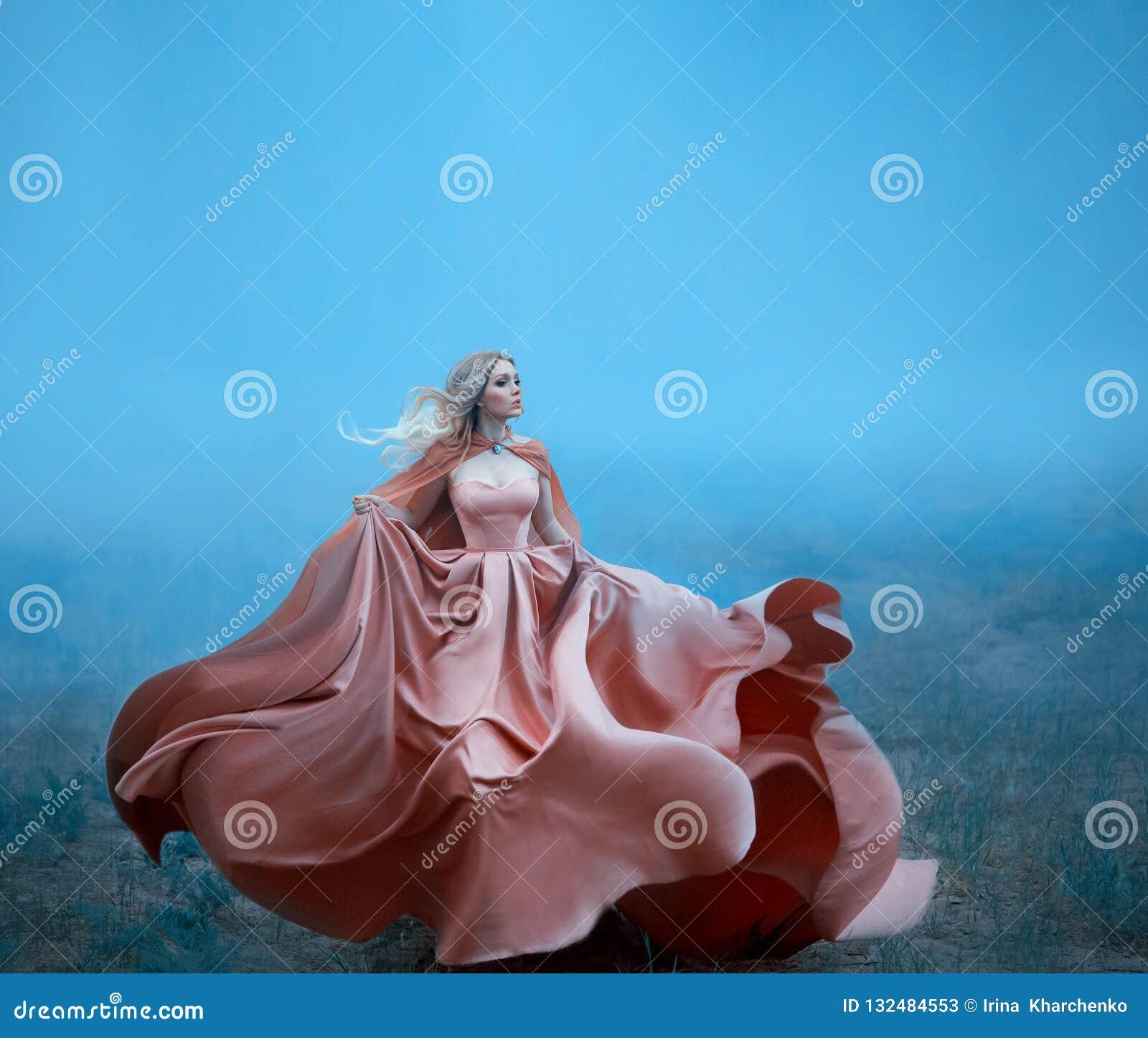 Чудесная девушка с белокурыми белокурыми белыми волосами и изумляя мягкими особенностями пока бег, одетый в восхитительном длинно