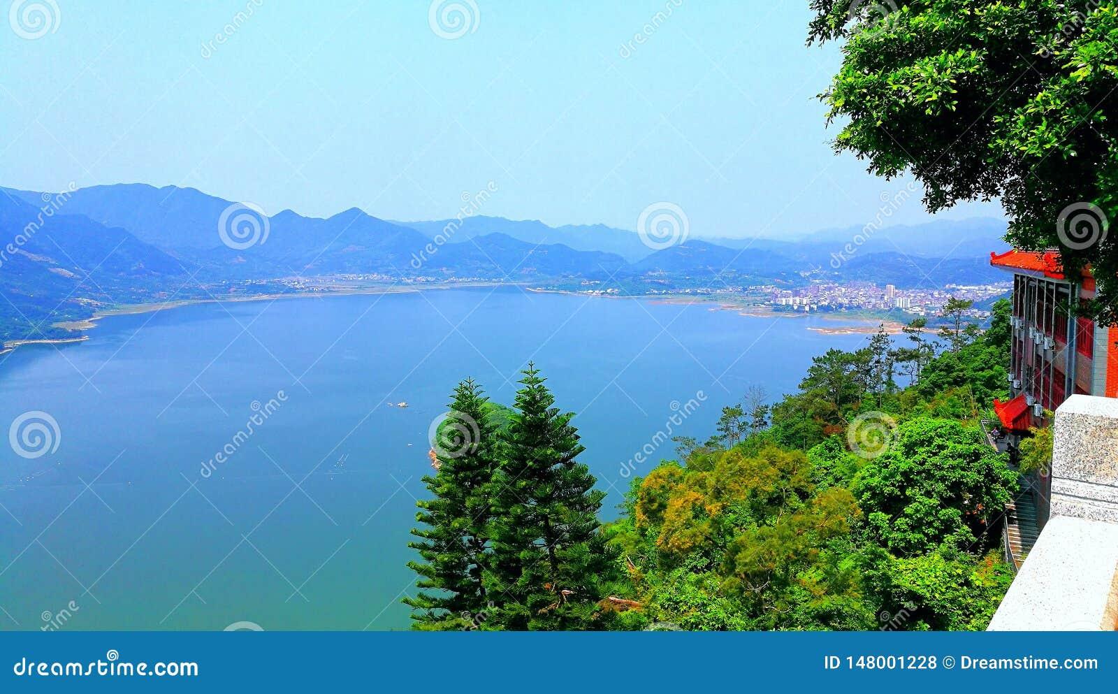 Чудесное озеро с маленьким городом