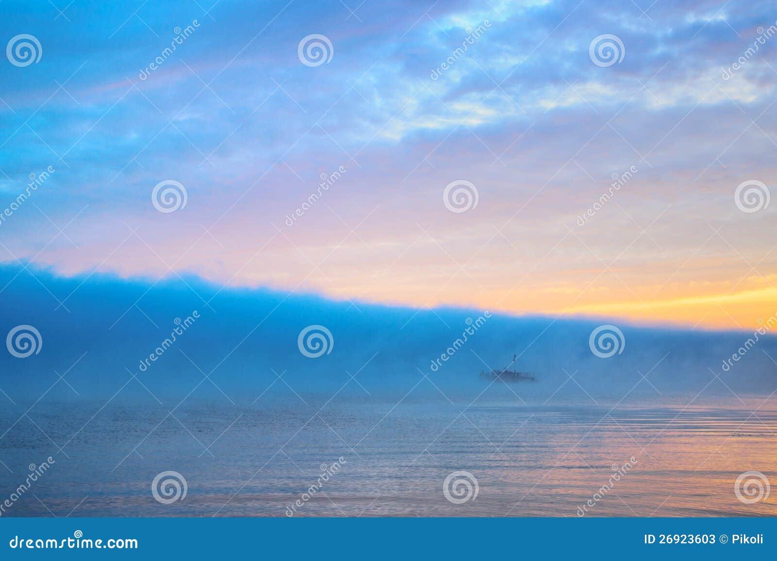 Чудесное река с большим облаком голубого тумана