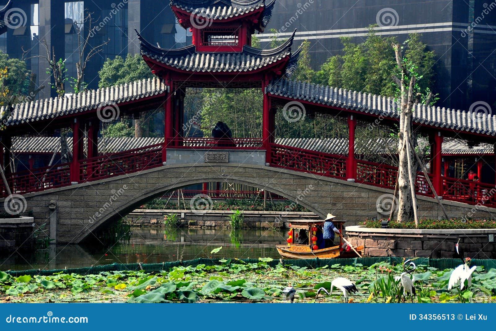 Чэнду, Китай: Крытый мост и шлюпка на длинном городке воды Tan