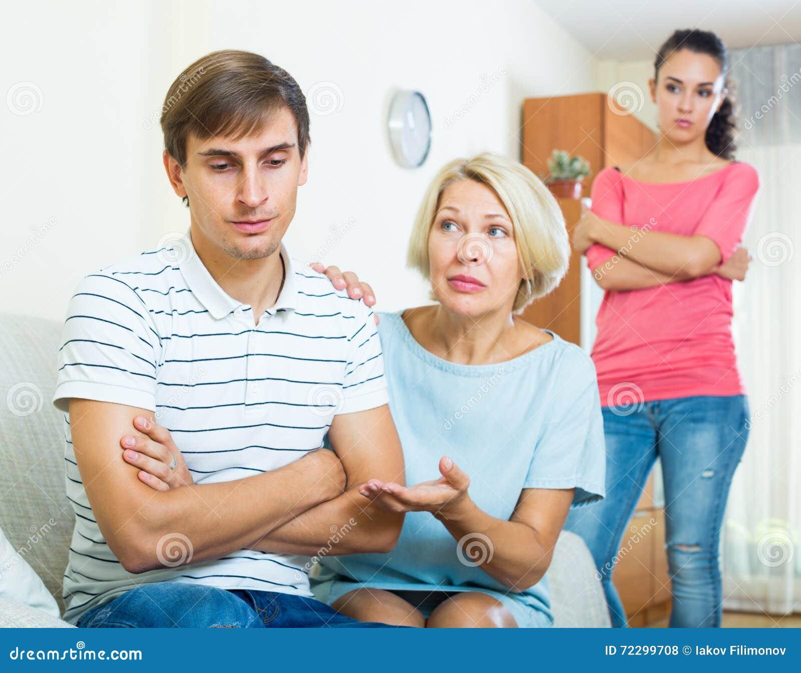 Download Члены семьи пробуя сделать его вне с обиденным человеком Стоковое Фото - изображение насчитывающей рассогласование, мужчина: 72299708
