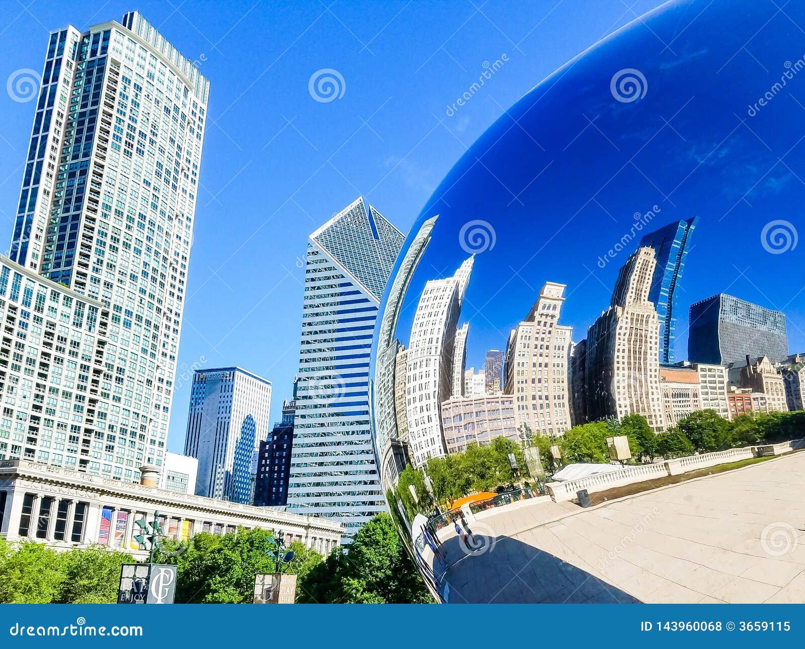 Чiкаго, Иллиноис, США 07 07 2018 Отражение зданий Чикаго в воротах облака фасоли Чикаго