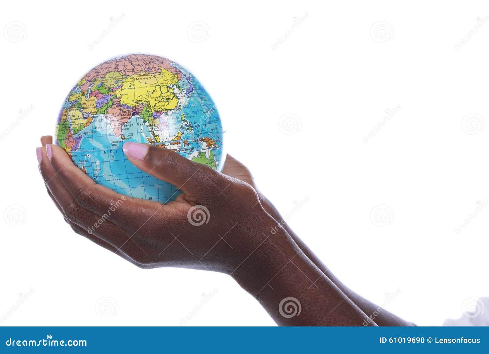 Шайки бандитов держа глобус мира изолированный