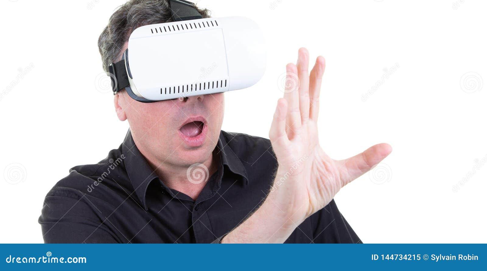 Шаловливый человек развлекая играя видеоигры используя виртуальные с
