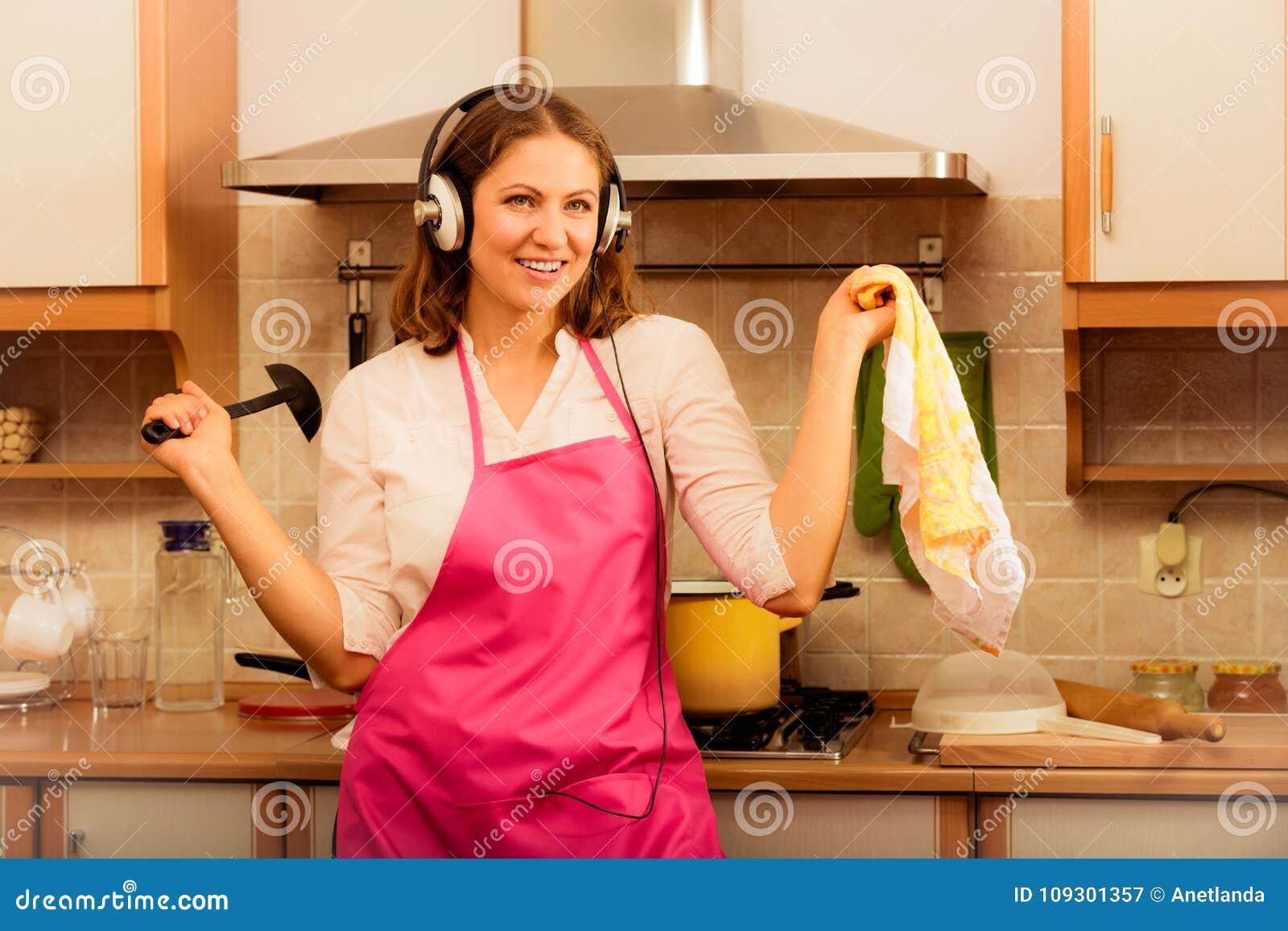 Шальной кашевар домохозяйки в кухне