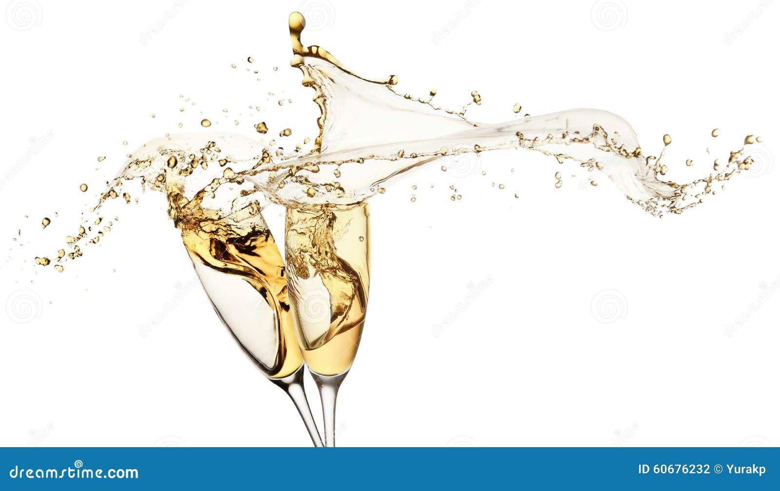 Шампань брызгает от изолированных стекел на белой предпосылке