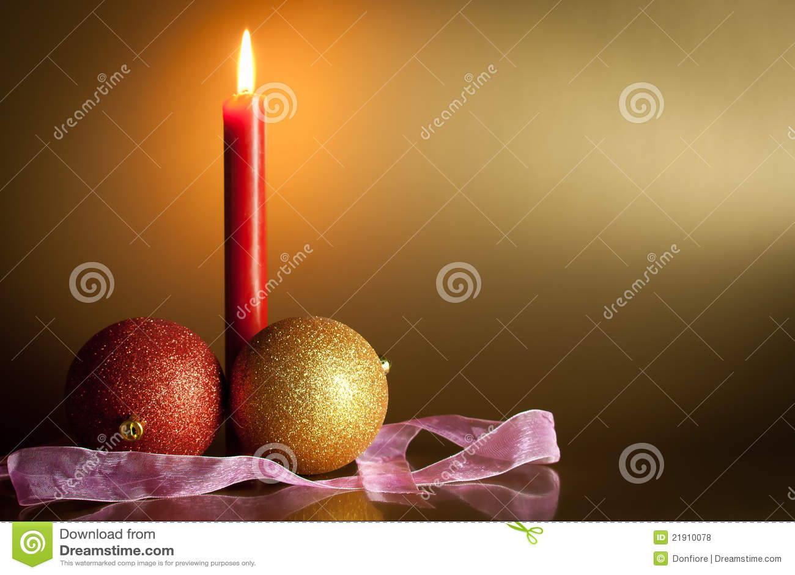 Шарики рождества с красной свечкой в предпосылке