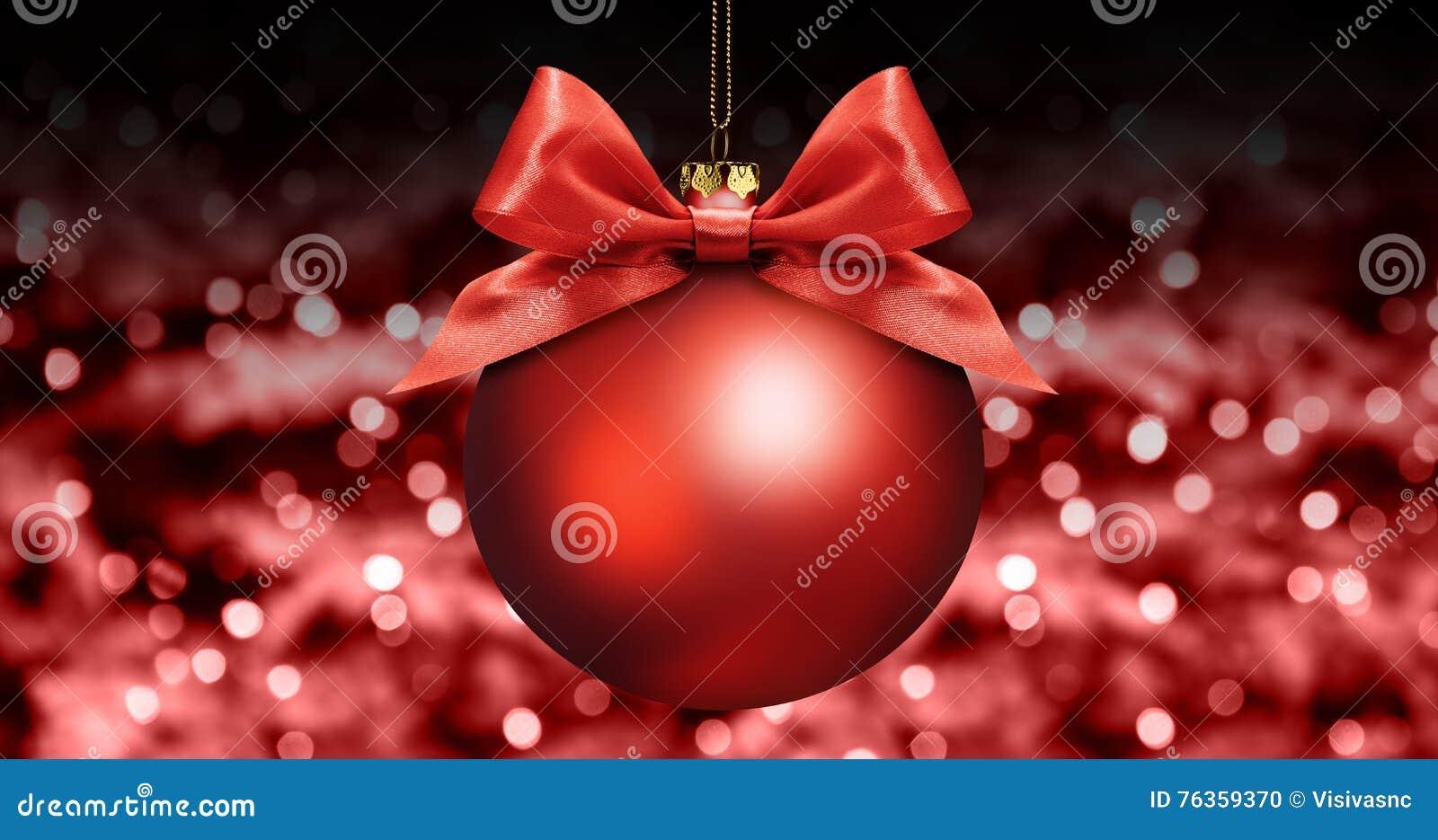 Шарик рождества с красным смычком ленты сатинировки на красном цвете запачкал света b