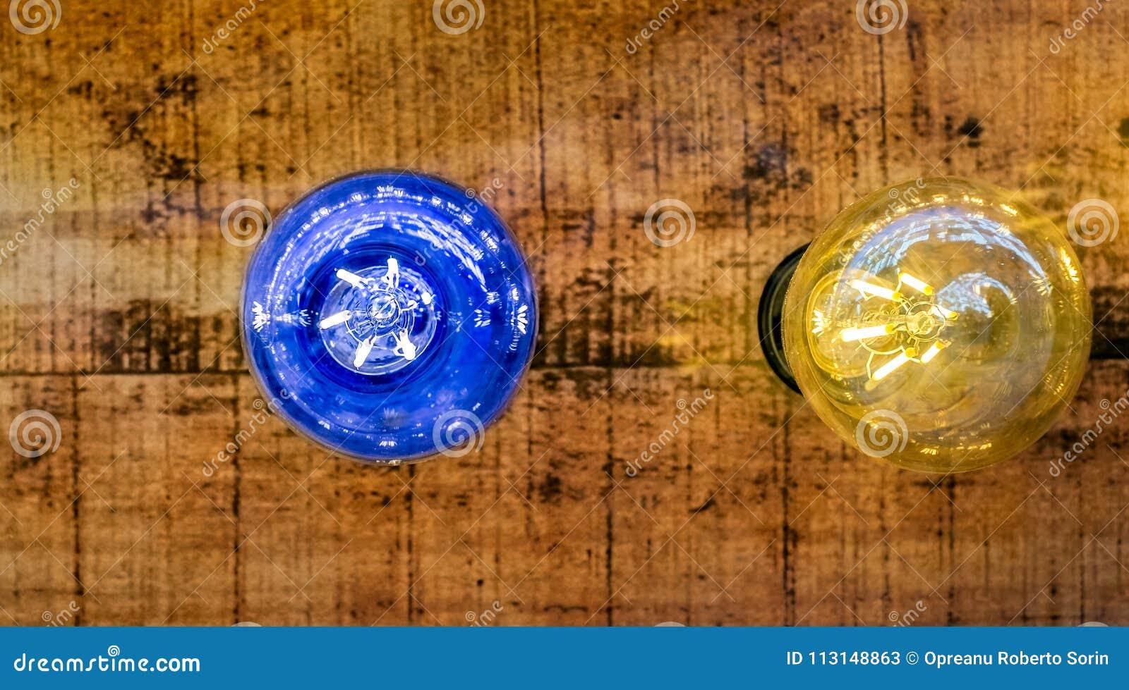 Шарик сини и желтого света на деревянной предпосылке