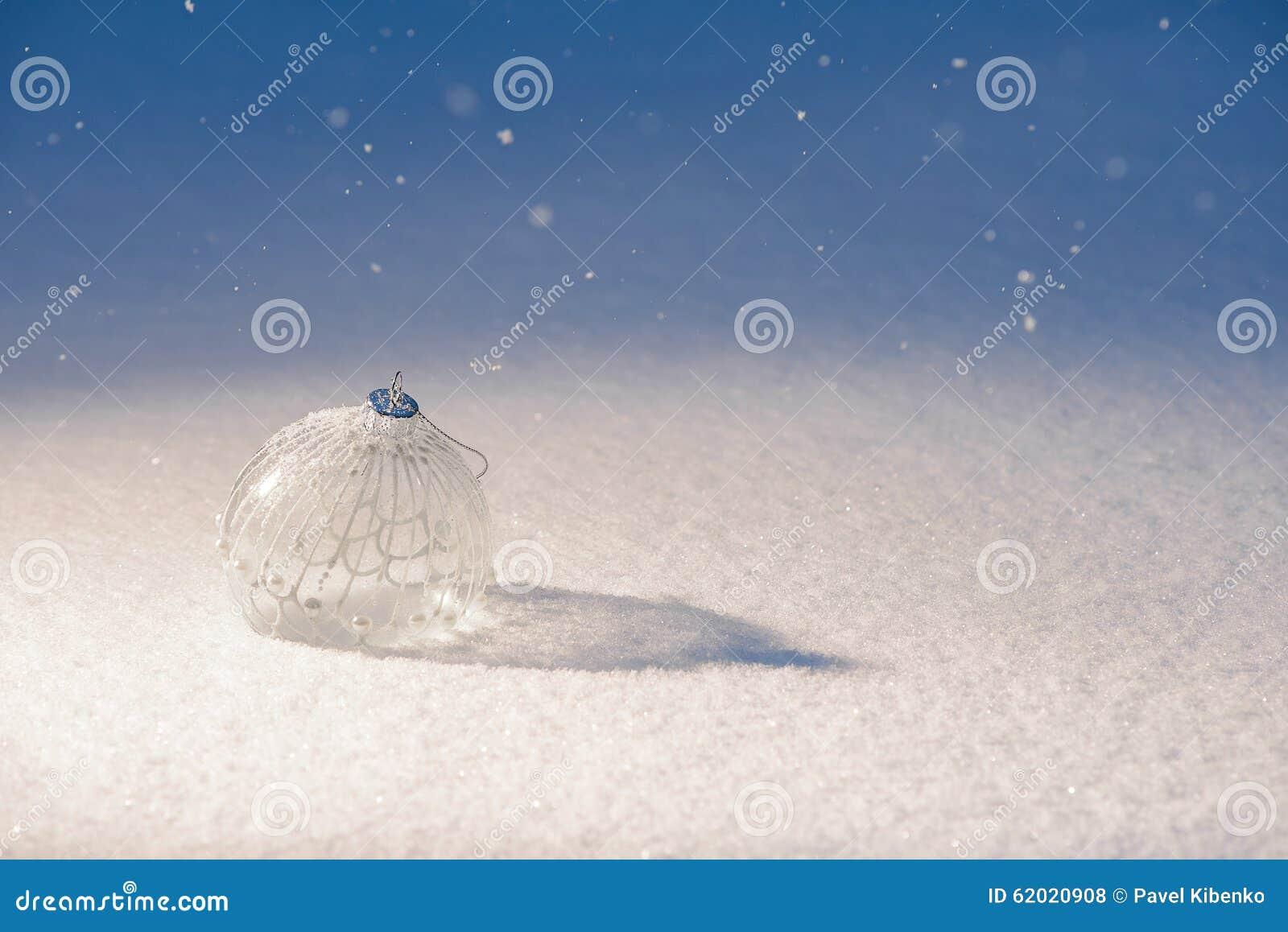 Шарик украшения рождества на снеге