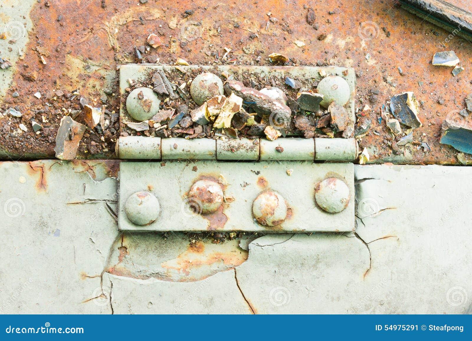 Шарнир и ржавчина и заклепка на старом салатовом металлическом листе горизонтальном