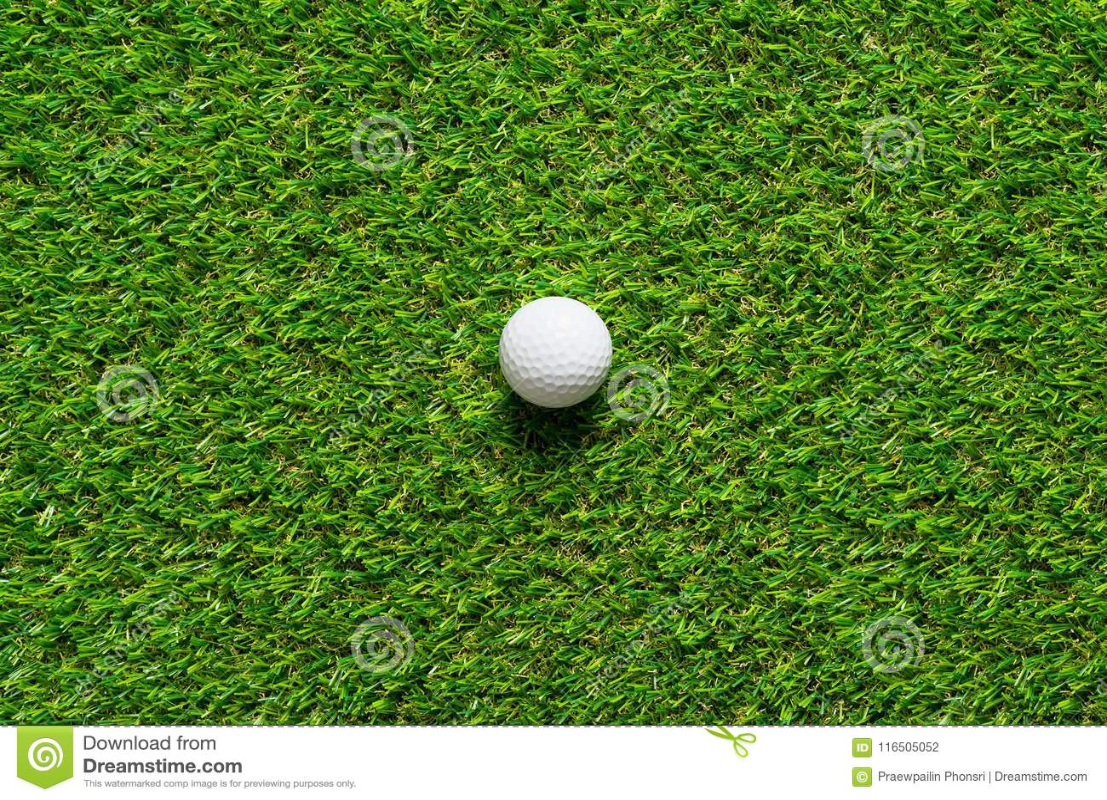 Шар для игры в гольф на текстуре зеленой травы поля для гольфа для предпосылки