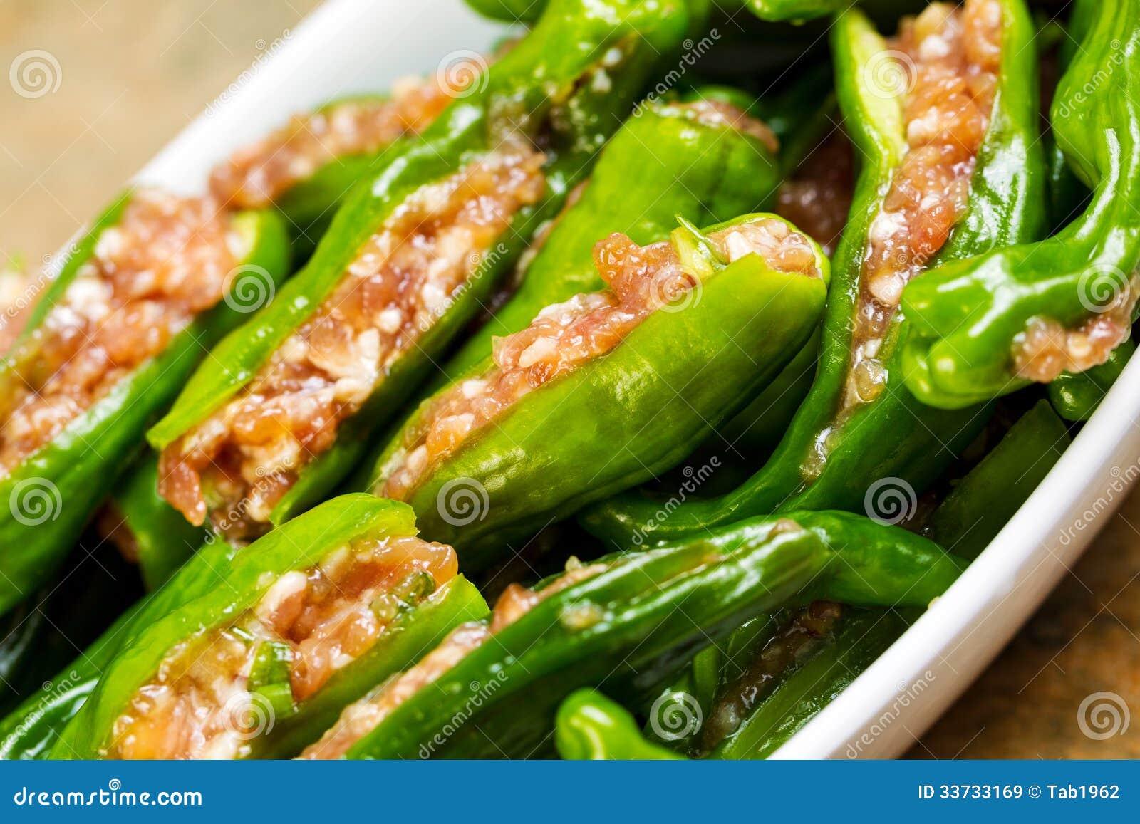 Шар сырых свежих заполненных зеленых перцев готовых для варить
