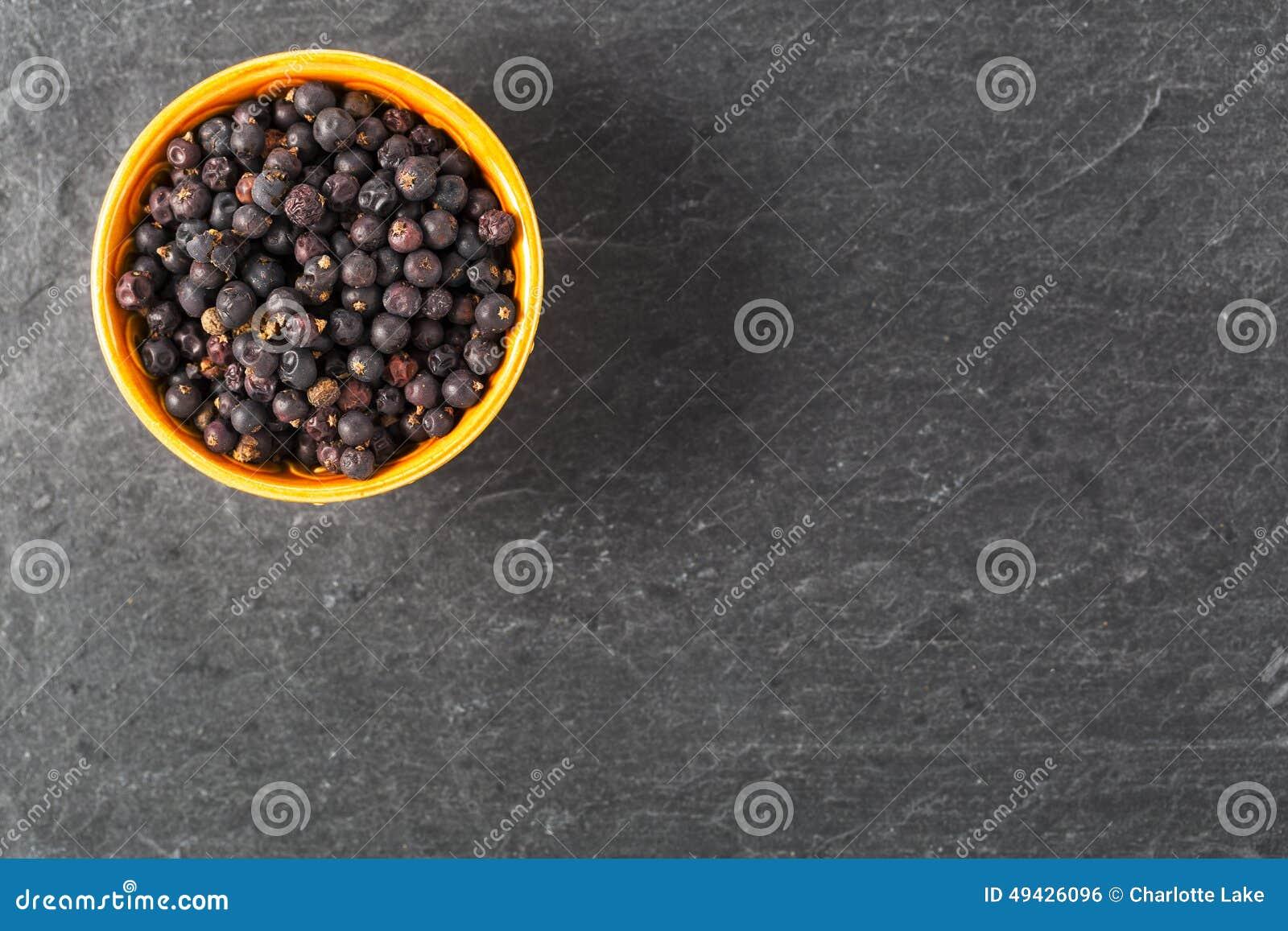 Шар ягод можжевельника