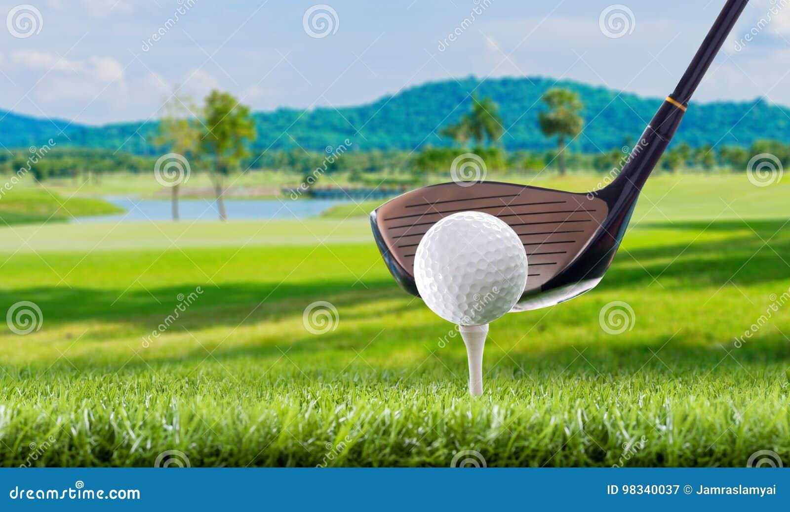 Шар для игры в гольф на колышках тройника в поле для гольфа