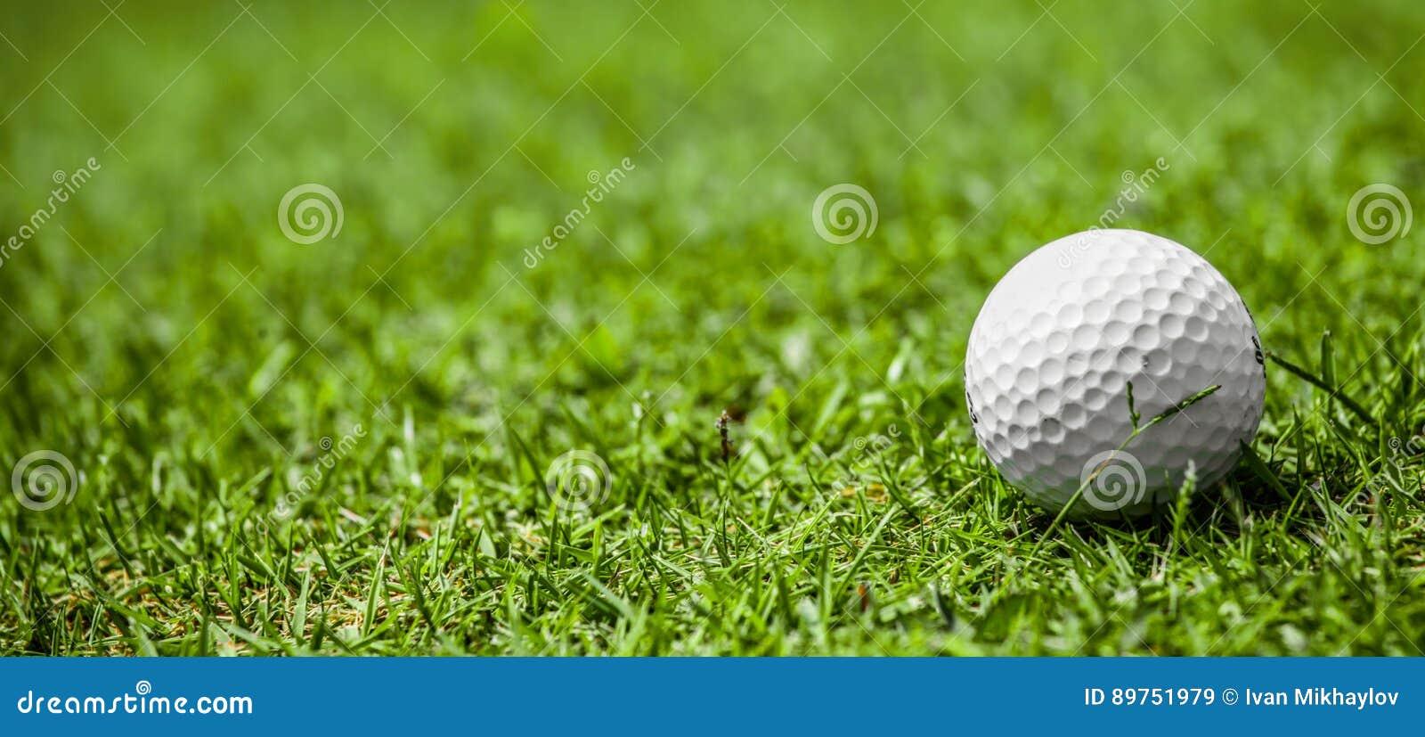 Шар для игры в гольф на курсе