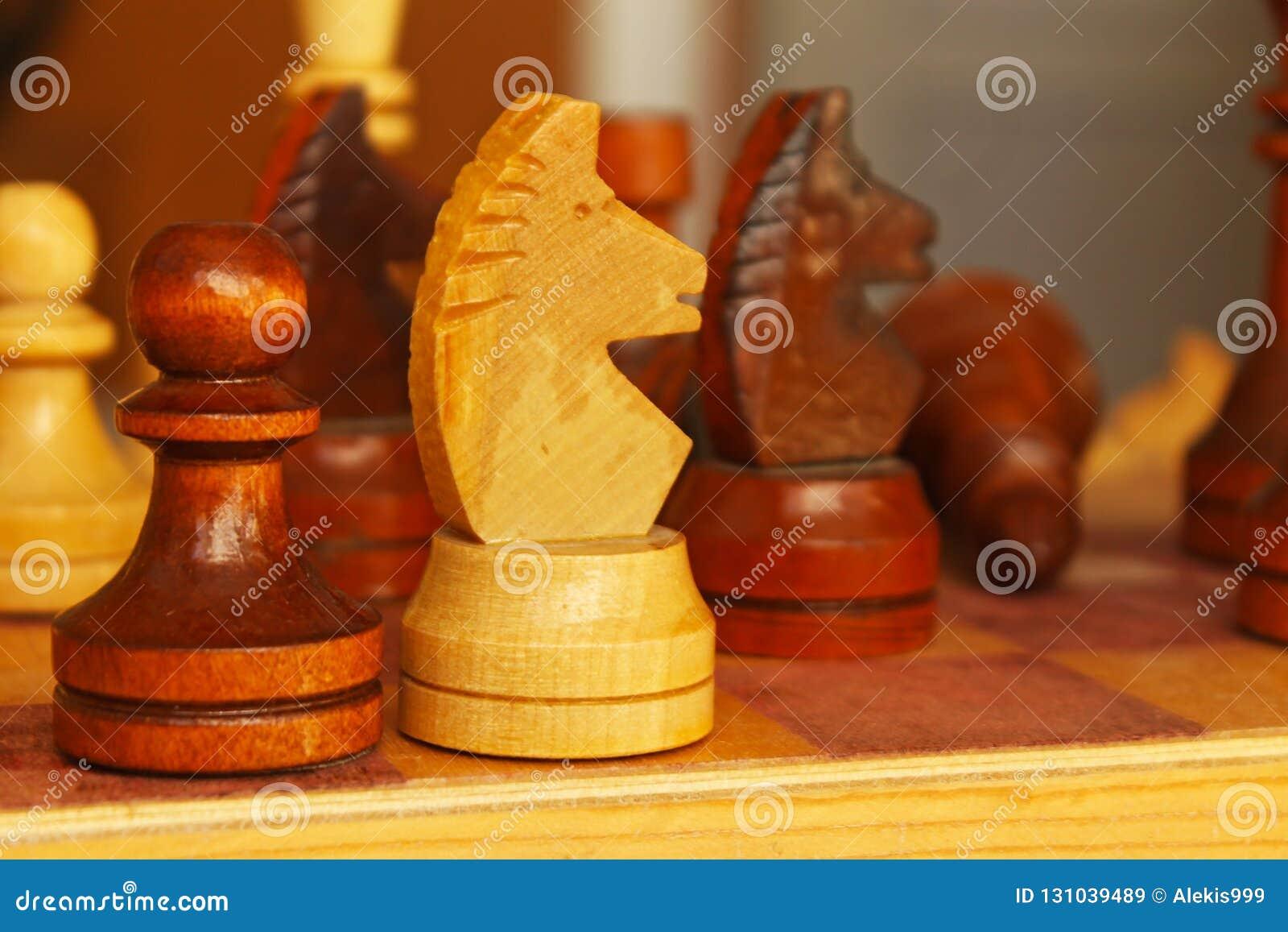 Шахматные фигуры на таблице