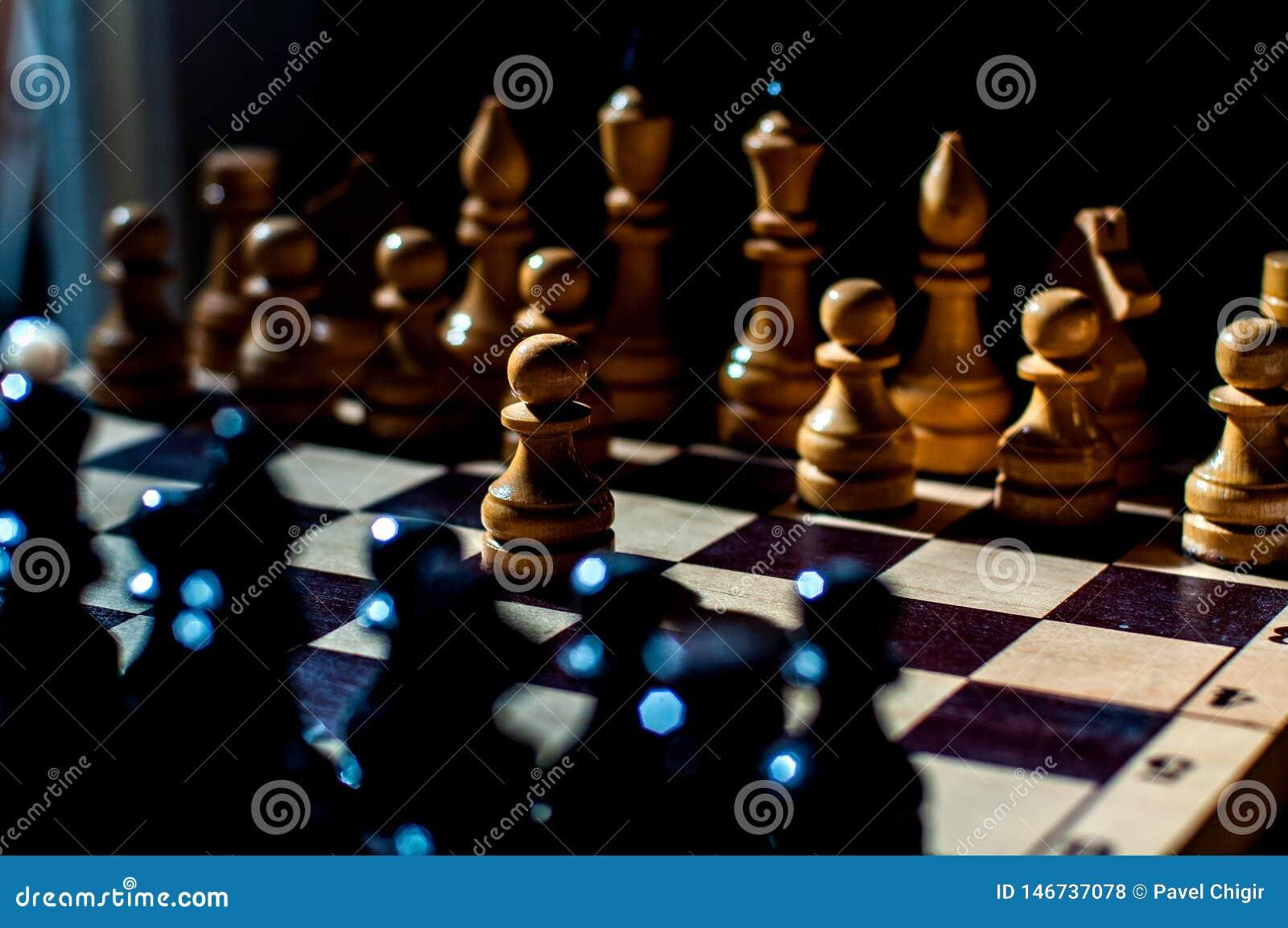 Шахматы настольная игра логики с особенными частями на доске 64 клеток для 2 оппонентов, совмещая элементы искусства, науку и спо