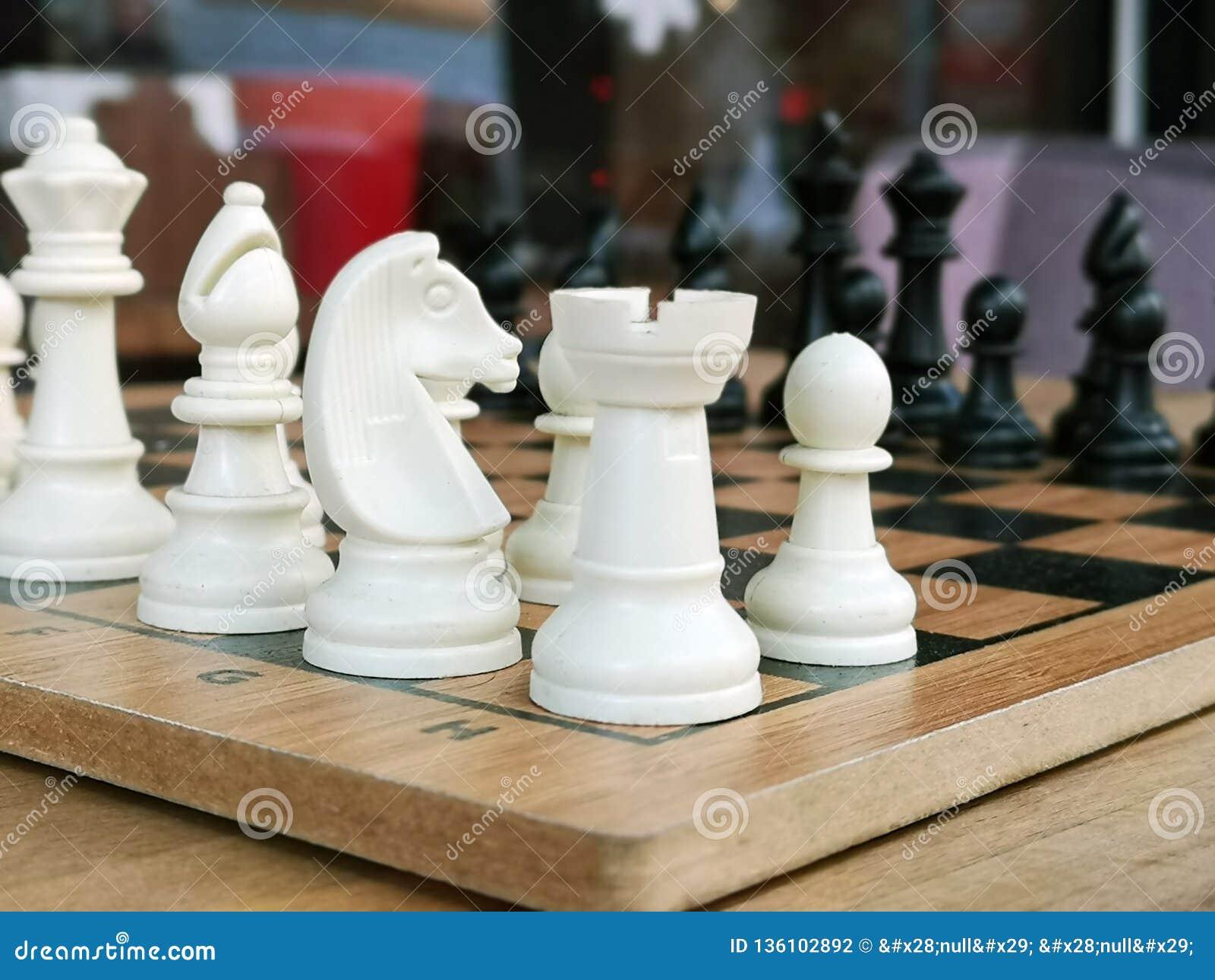 Шахматы популярная старая антагонистическая игра логики доски с особенными черно-белыми частями, на доске клетки для 2 умного