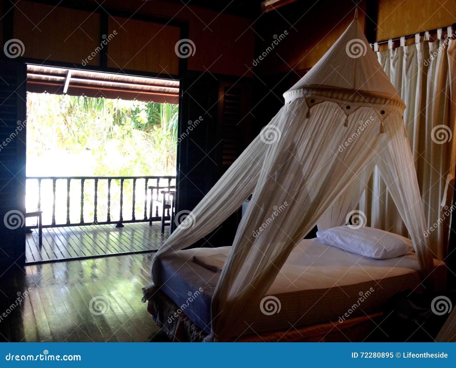 Download Шале внутреннего балкона кровати спальни меблировк частного пляжное Стоковое Изображение - изображение насчитывающей горяче, бунгала: 72280895