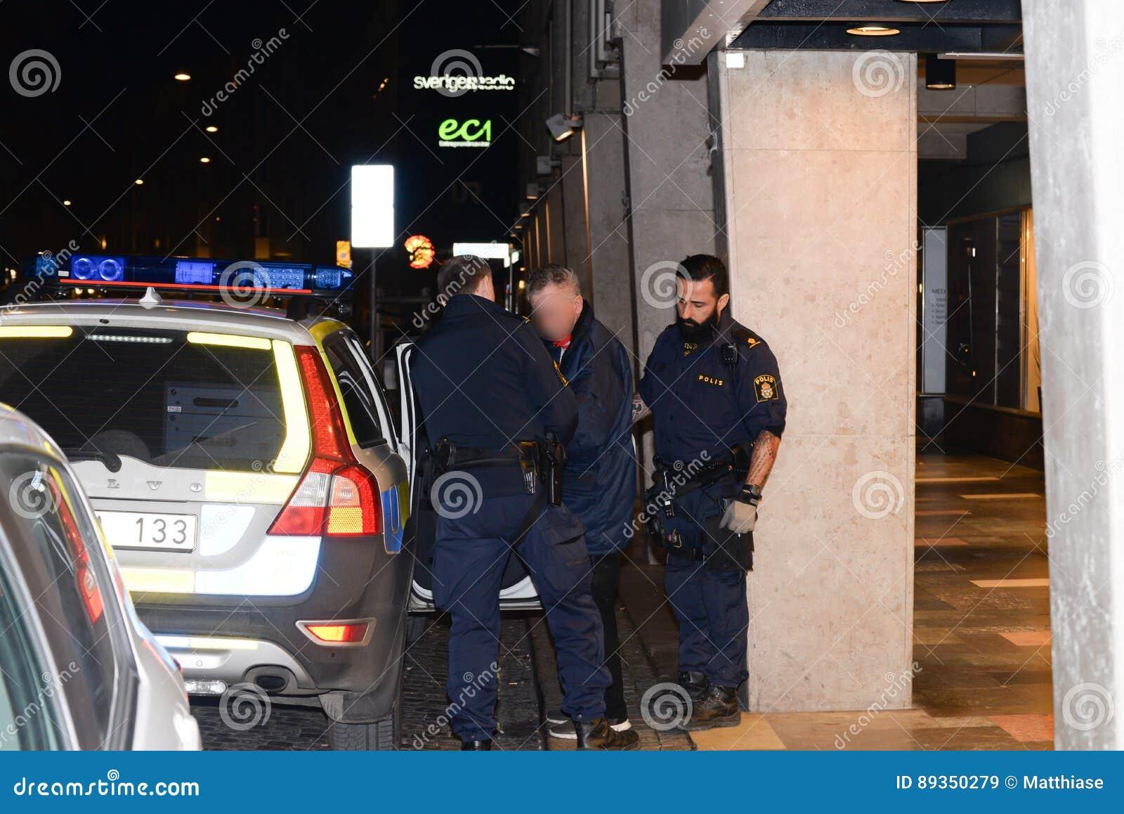 Шведские полицейские делая арест