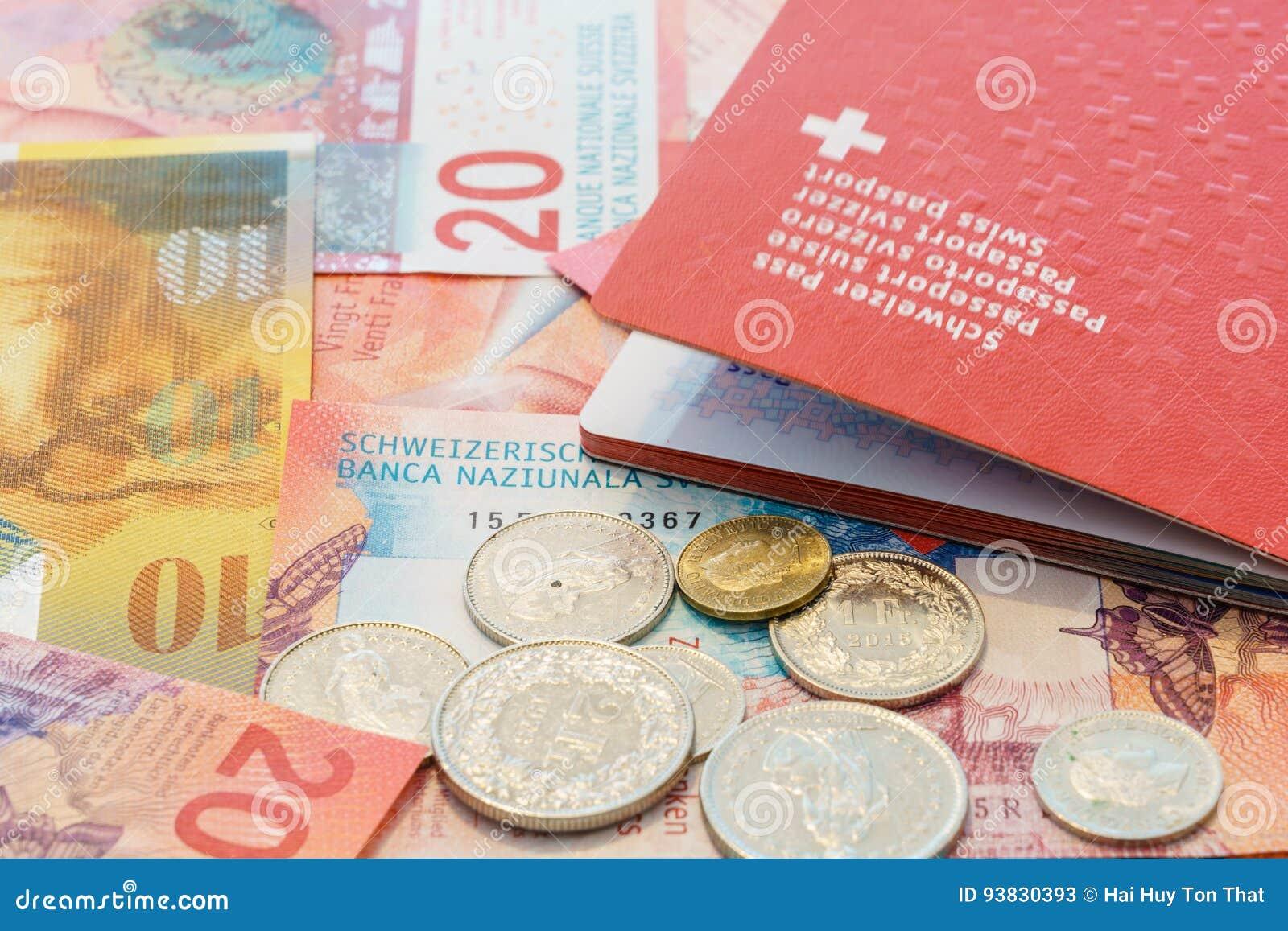 Швейцарский пасспорт и швейцарские франки с новыми 20 и 50 счетами швейцарского франка
