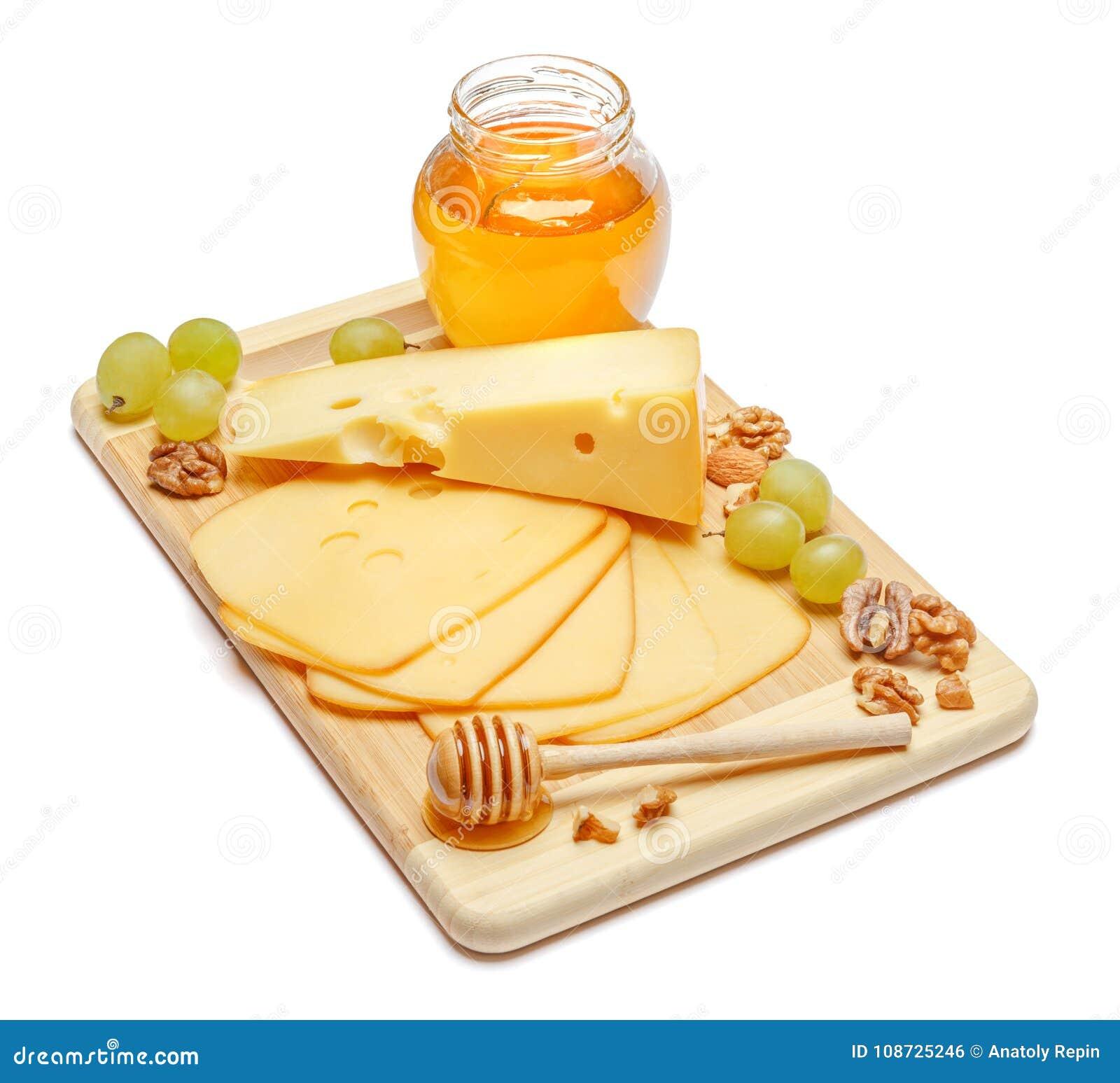 Швейцарский сыр или чеддер и мед на белой предпосылке