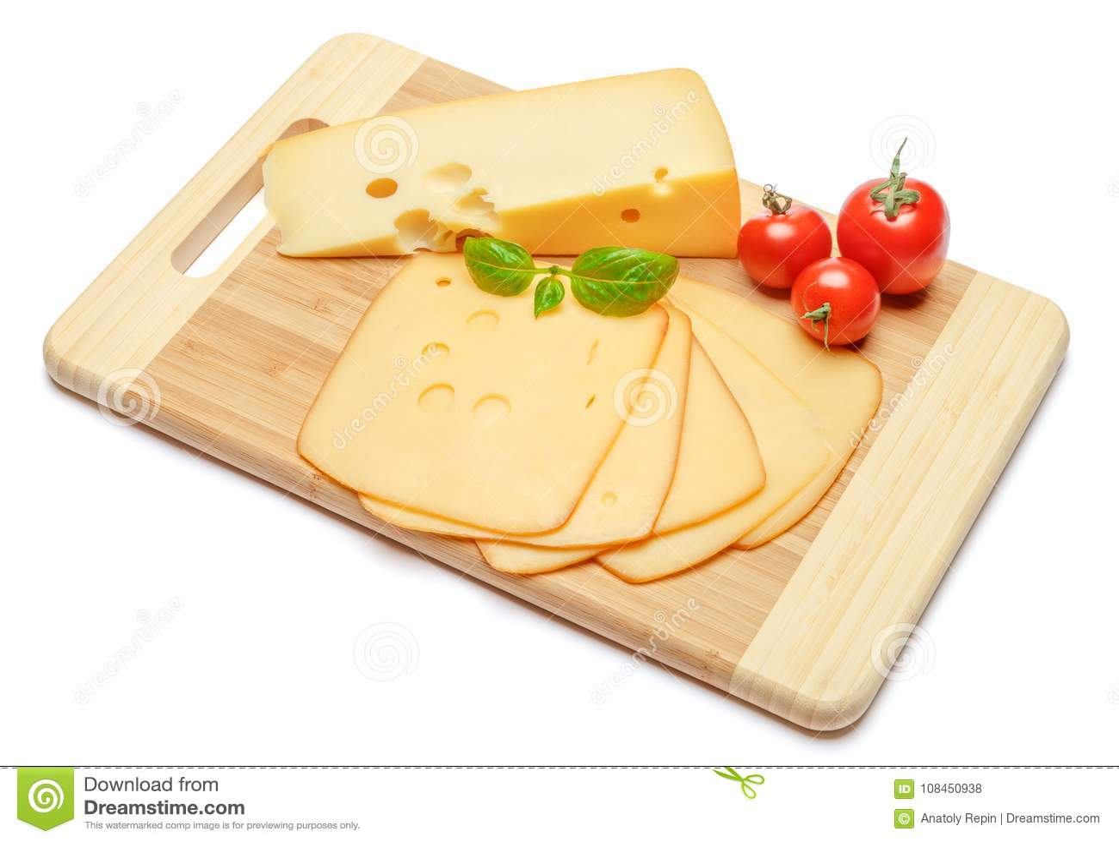 Швейцарский сыр или чеддер и томаты на белой предпосылке