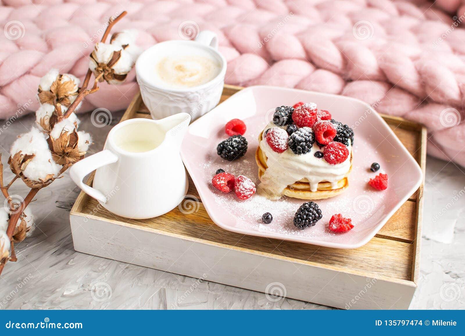 Шерсти домодельного гиганта капучино блинчиков Merino укрывают пастельный розовый завтрак кофе ягод сметаны плиты здоровый
