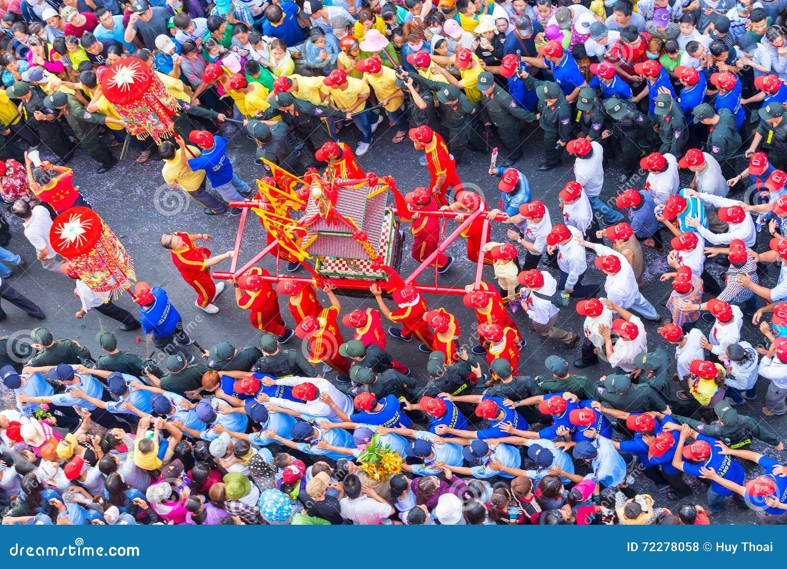 Download Шествие красного цвета фонарика богини фестиваля китайское Редакционное Стоковое Фото - изображение насчитывающей китайско, неосязаемо: 72278058