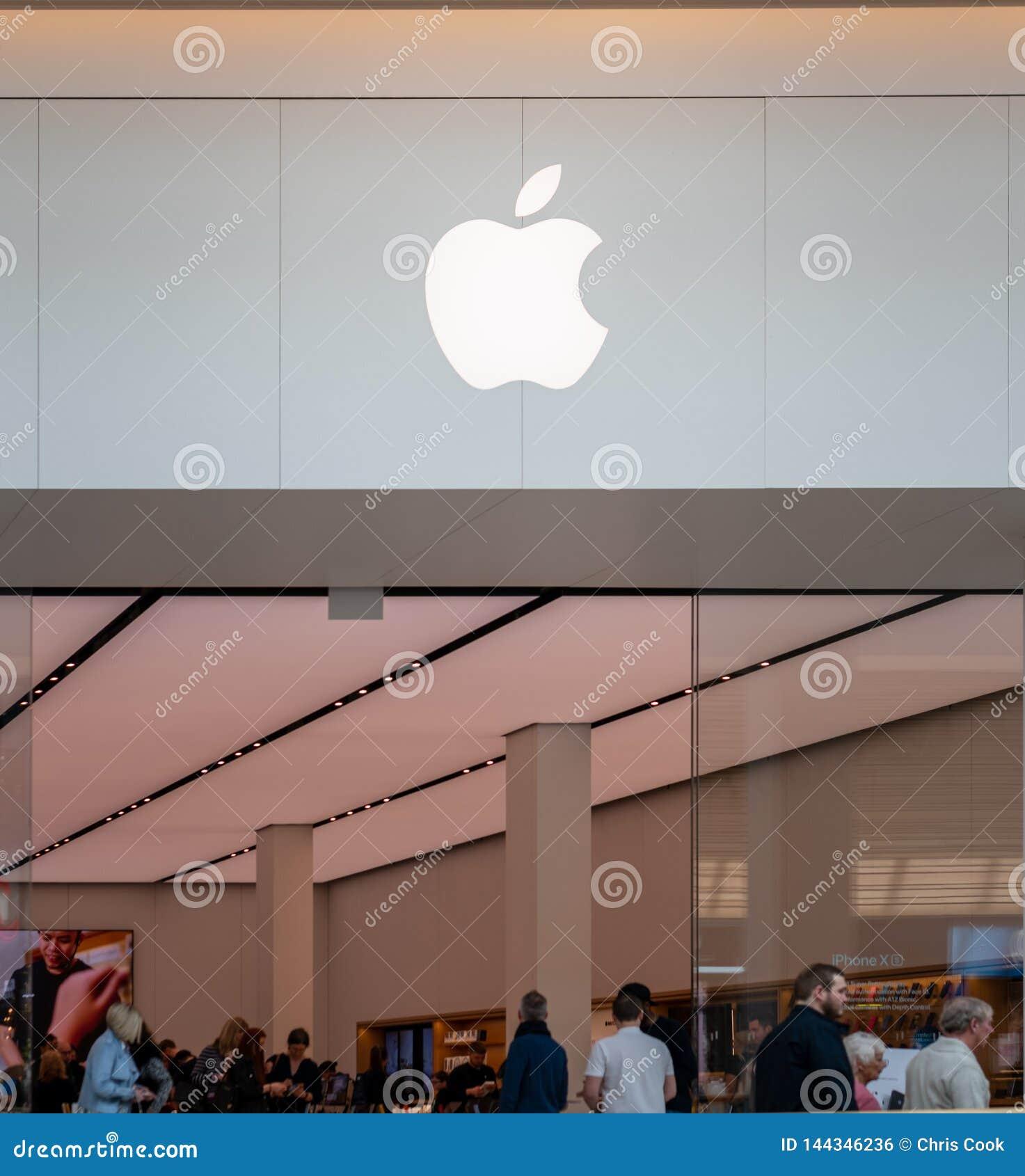 ШЕФФИЛД, ВЕЛИКОБРИТАНИЯ - 23-ЬЕ МАРТА 2019: Новая внутренность магазина iPhone Яблока Meadowhall - Шеффилда