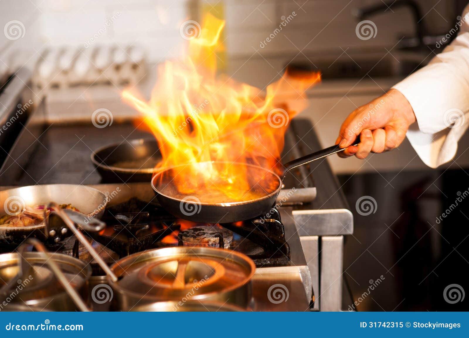 Шеф-повар варя в плите кухни