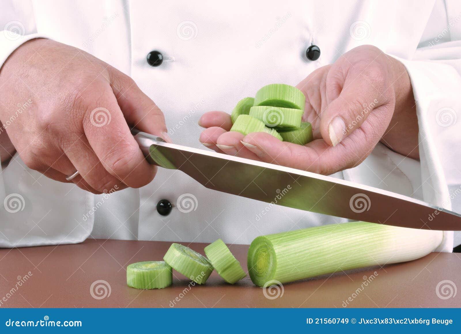 шеф-повар режет женский лук-порей