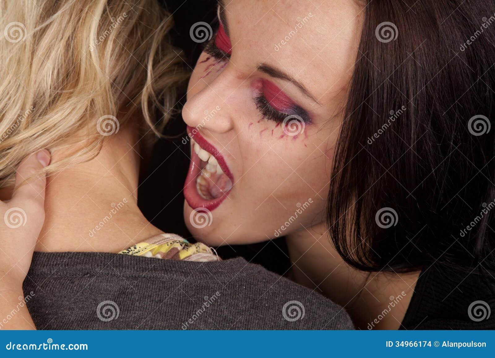 Шея девушки укус
