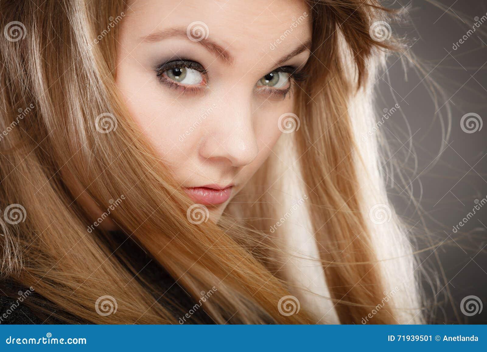 Шикарная белокурая женщина с открытыми развевая волосами