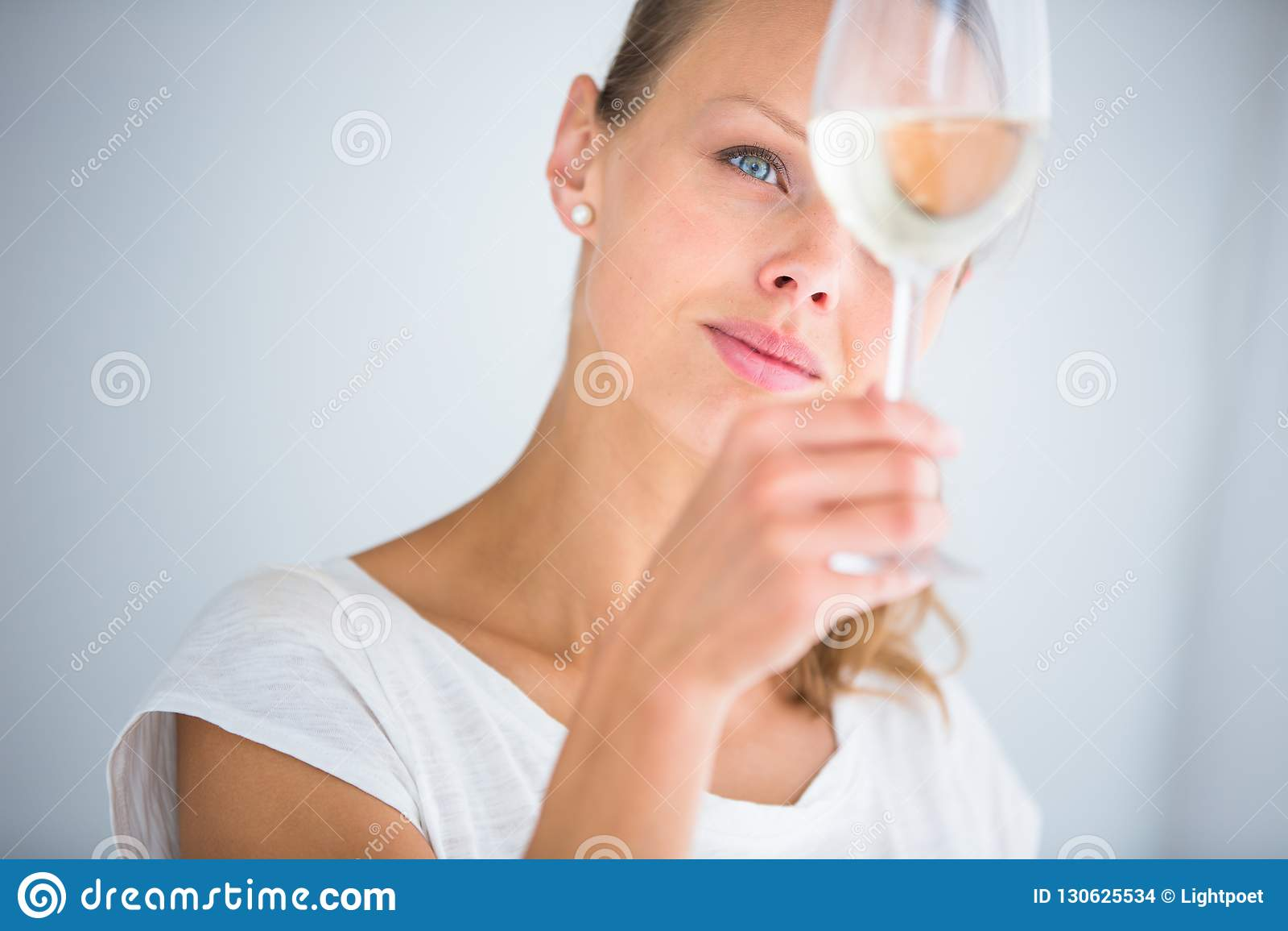 Шикарная молодая женщина с бокалом вина