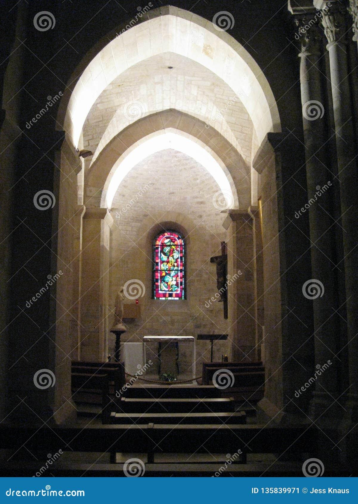 Шикарная освещенная арка внутри ur Sacré-CÅ «, Париж