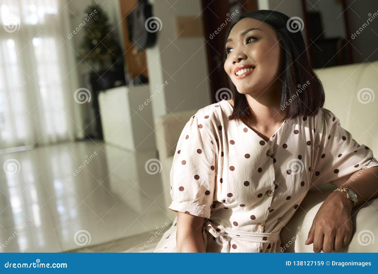 Шикарная усмехаясь молодая женщина