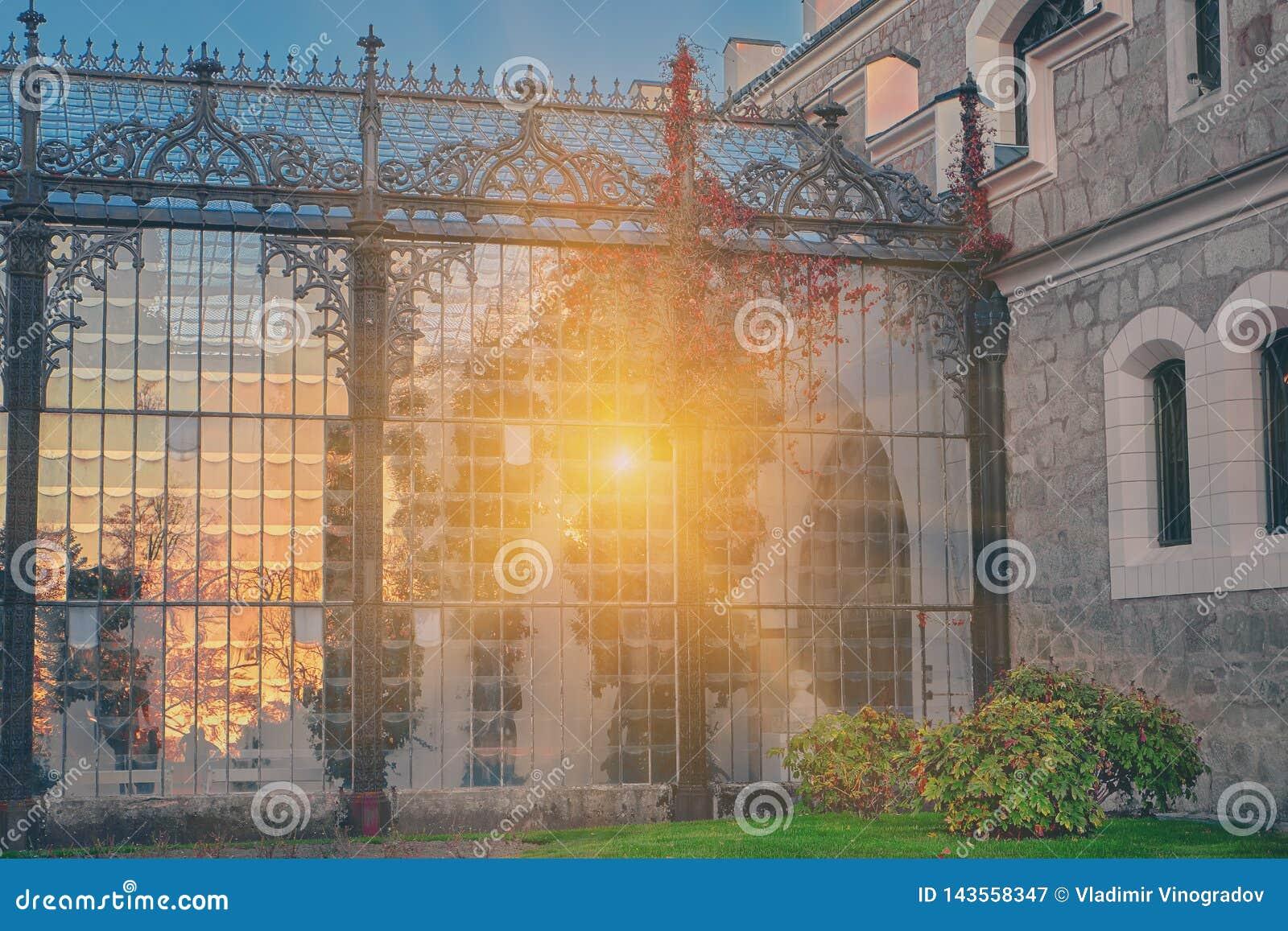 Шикарное отражение света солнца в стеклянном саде замка Hluboka nad Vltavou Заход солнца над замком Hluboka, чехией