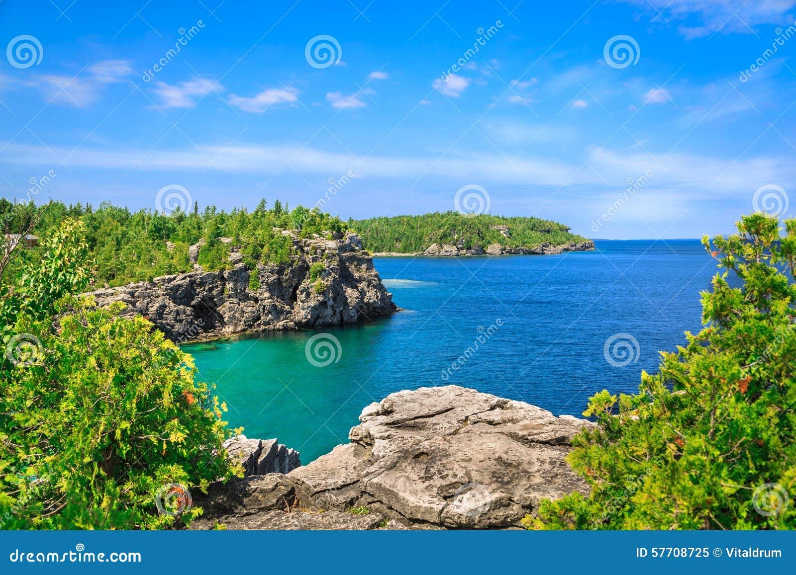 Шикарный взгляд ландшафта большого приглашая озера спокойного, воды Кипр бирюзы на красивом полуострове Брюс, Онтарио