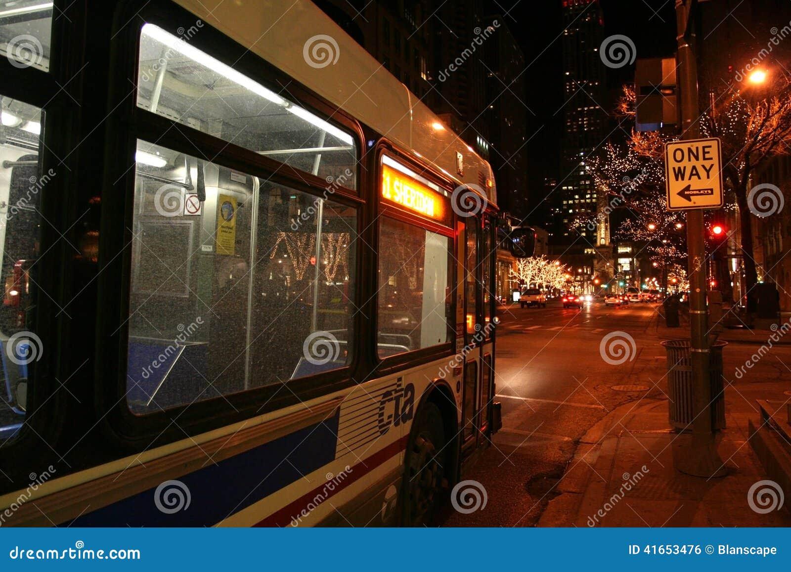 Шина CTA в Чикаго городском на ноче