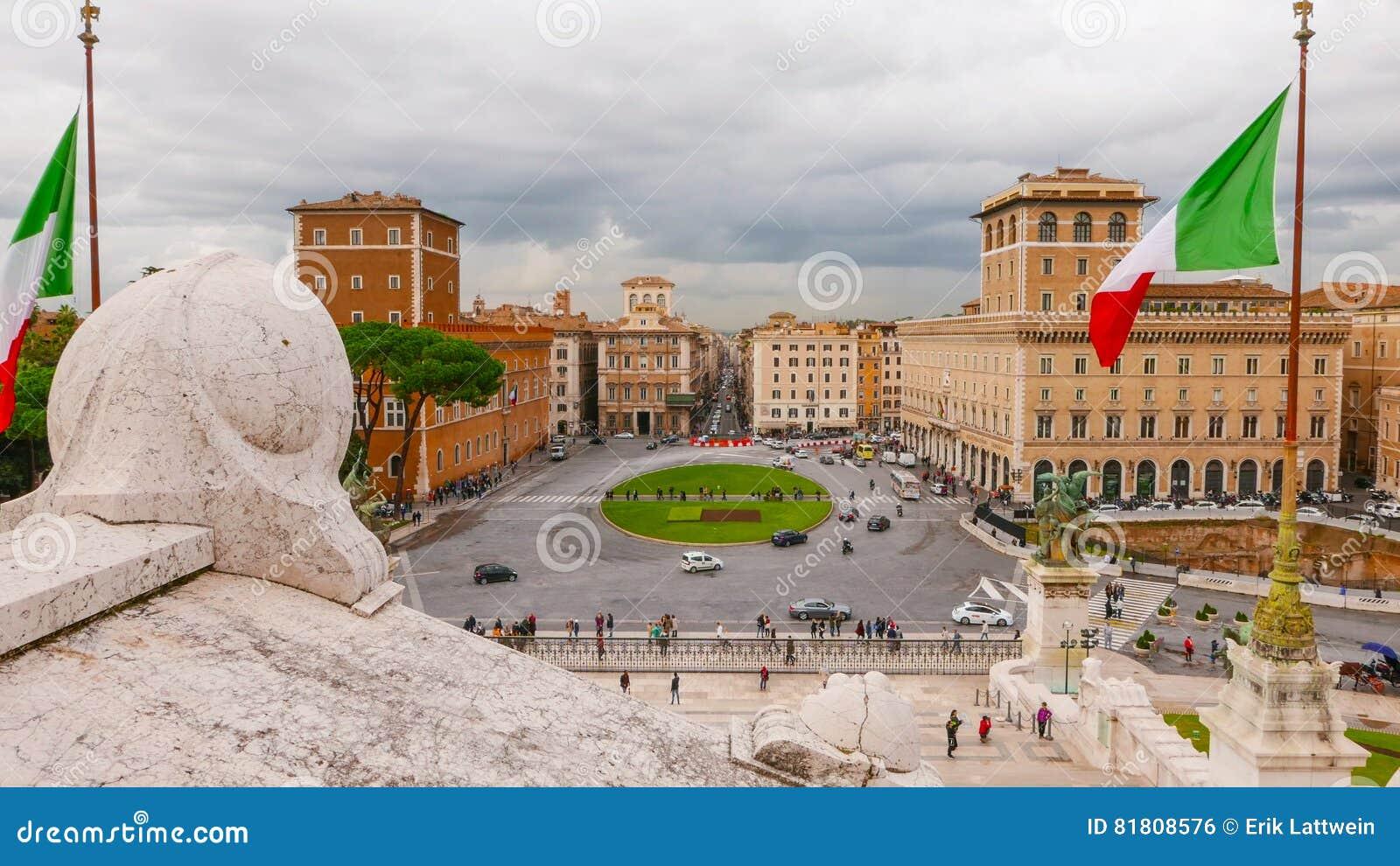 Широкоформатный взгляд над венецианским квадратом в Риме - аркаде Venezia