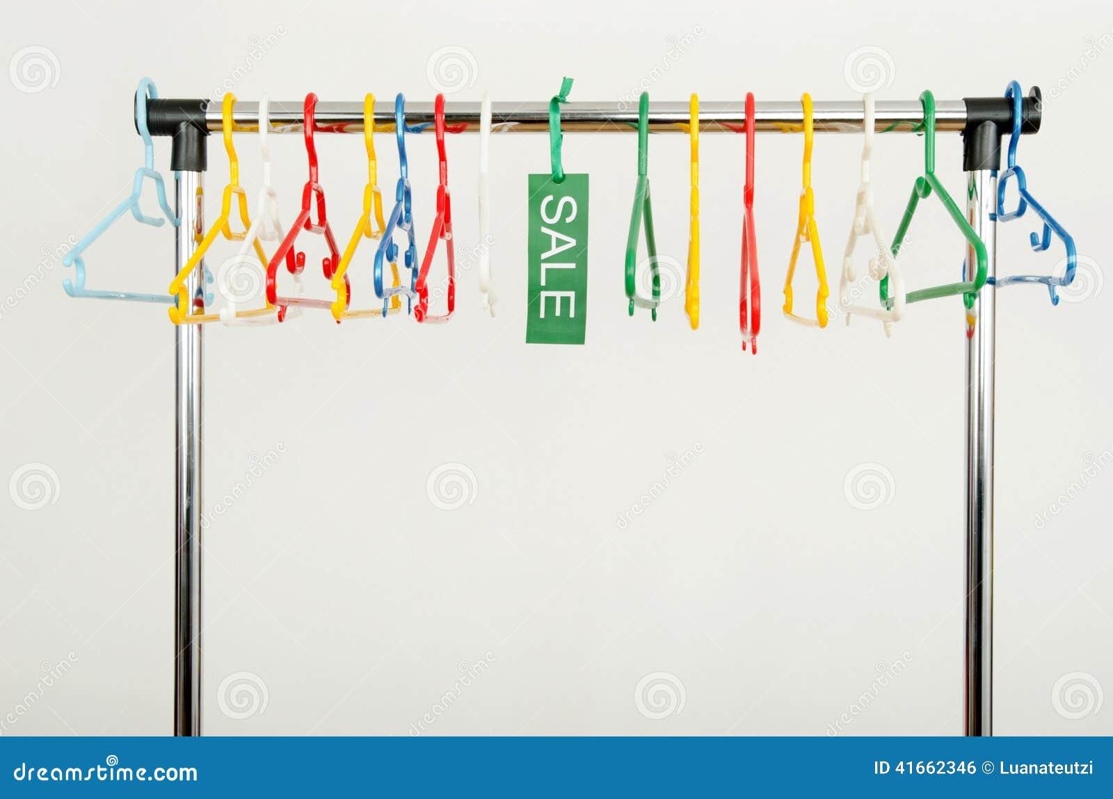 Шкаф одежд с пустыми вешалками и продажа подписывают